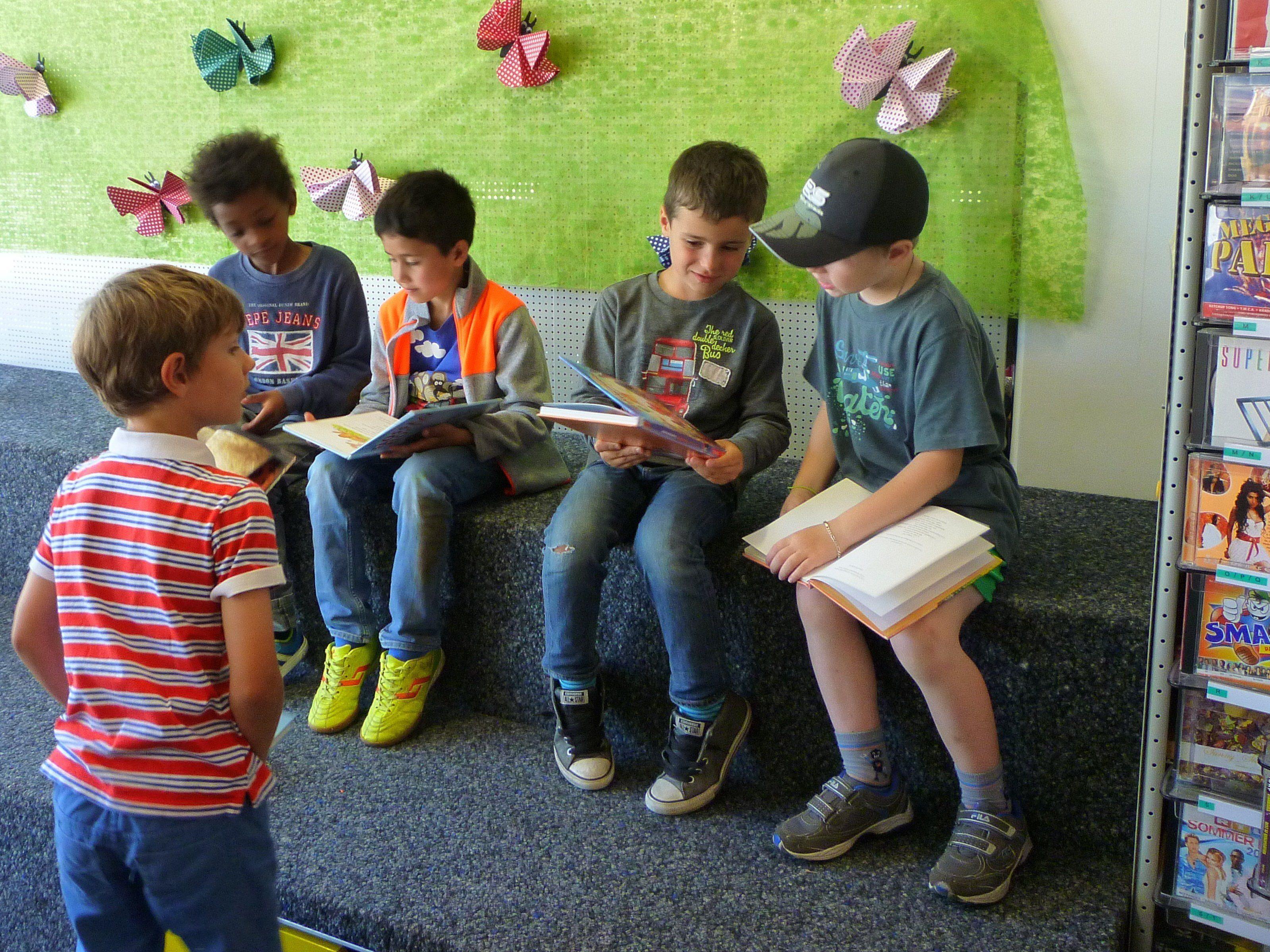 Volksschüler in der Bücherei