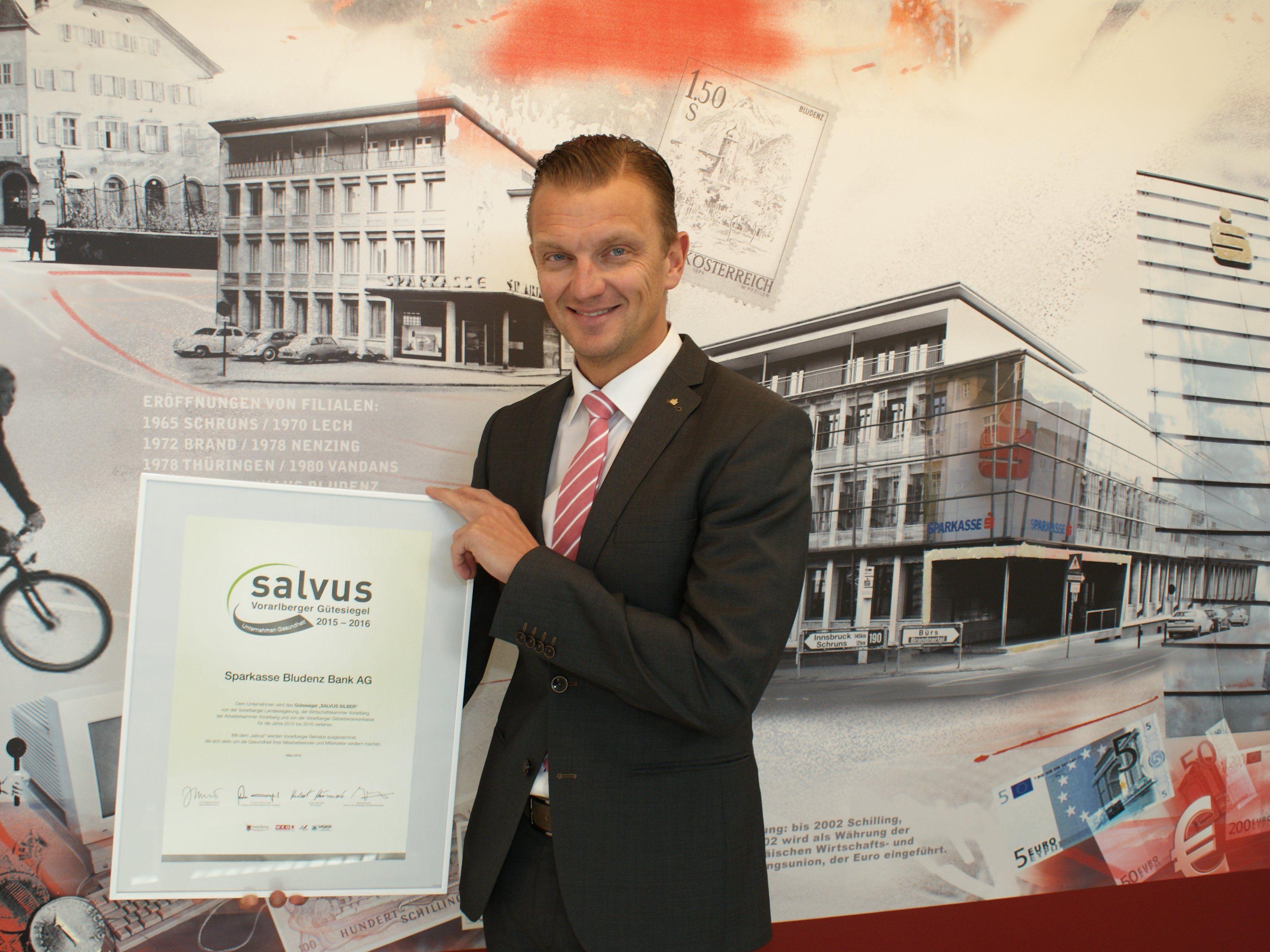 Sparkasse Bludenz-Vorstandsdirektor Wolfgang Eichler nahm die salvus-Auszeichnung stellvertretend für die Mitarbeiterschaft entgegen.