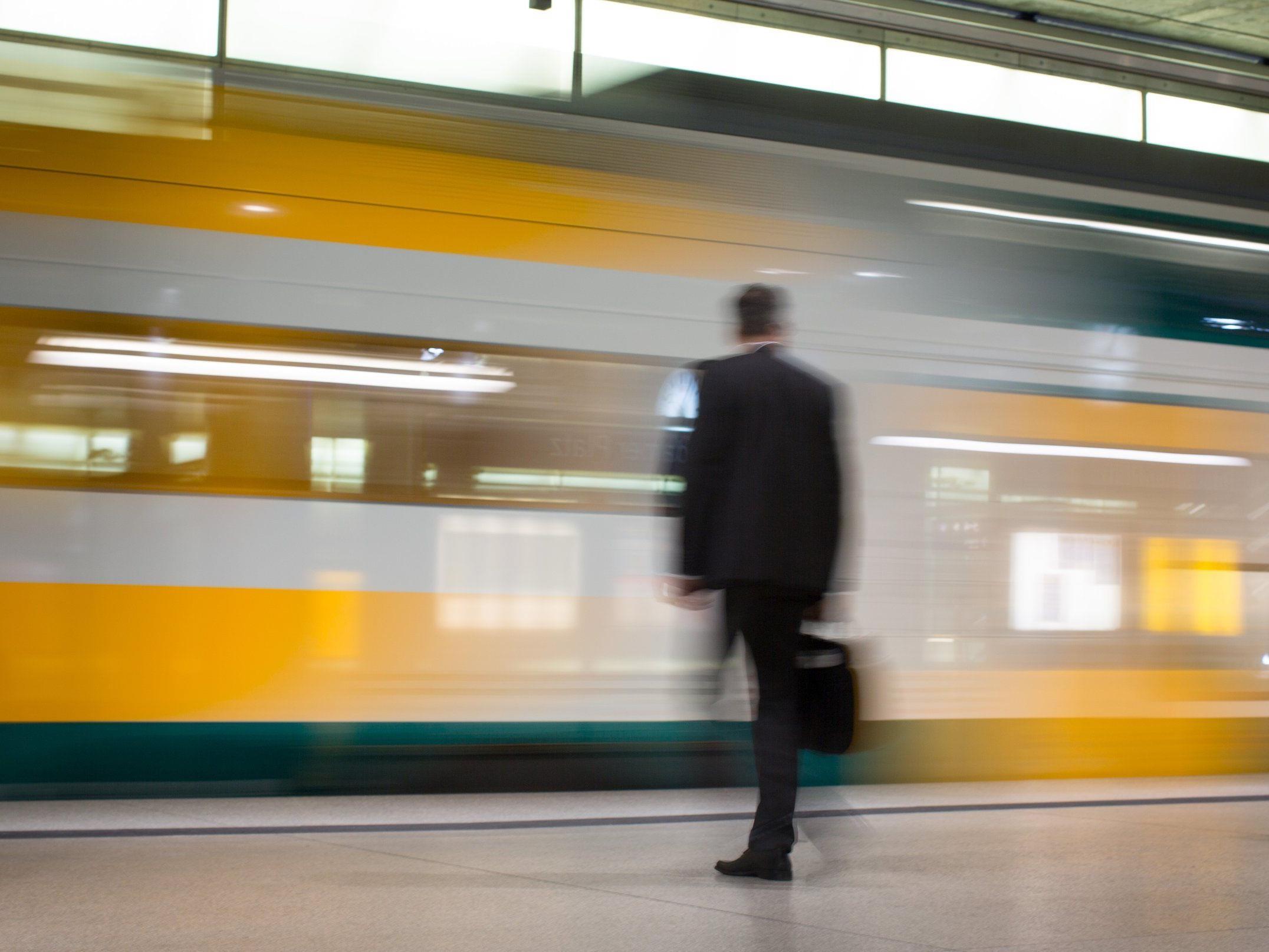 Die Deutsche Bahn hofft auf eine Last-Minute-Lösung, um den unbegrenzten Streik der Lokführer doch noch verhindern zu können.