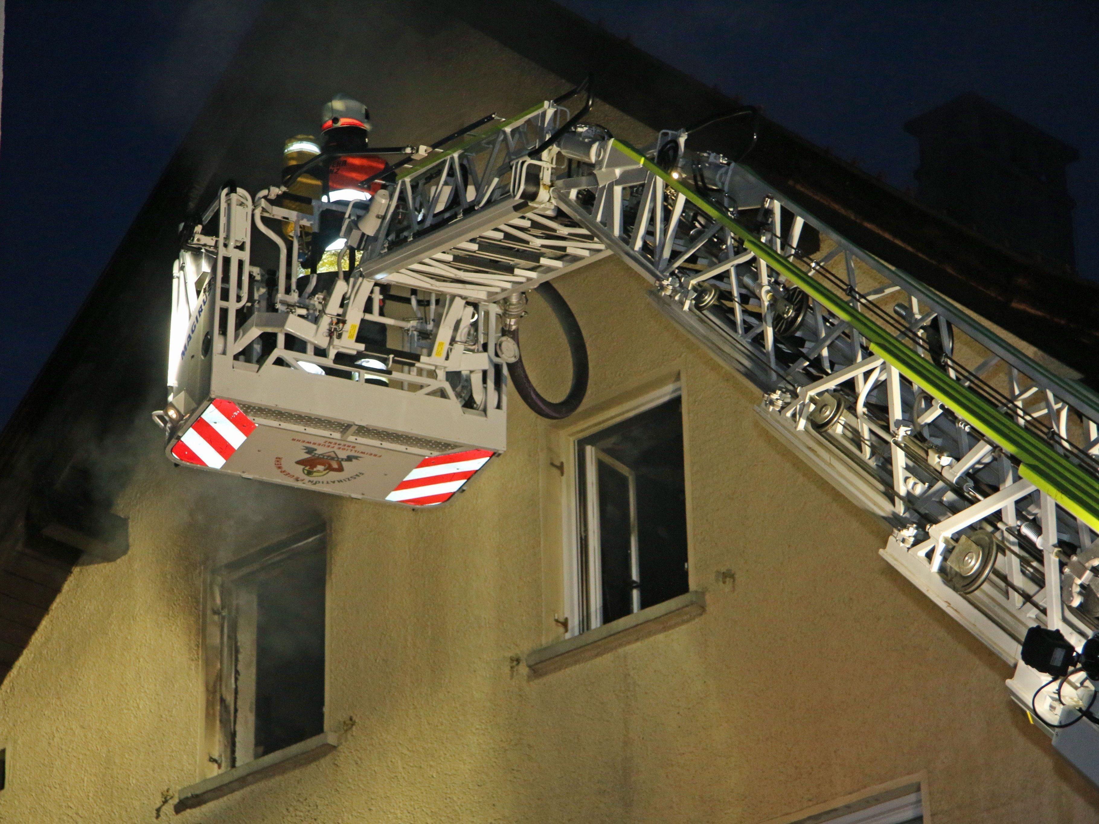 Ein Großaufgebot der Feuerwehr bekämpfte den Brand am Samstag im Bregenzer Zentrum.