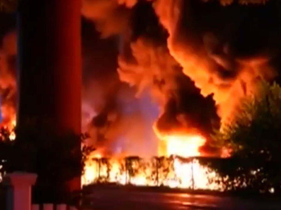 Columbia im US-Bundesstaat South Carolina: Inferno im Garten nach Tanklaster-Unfall.