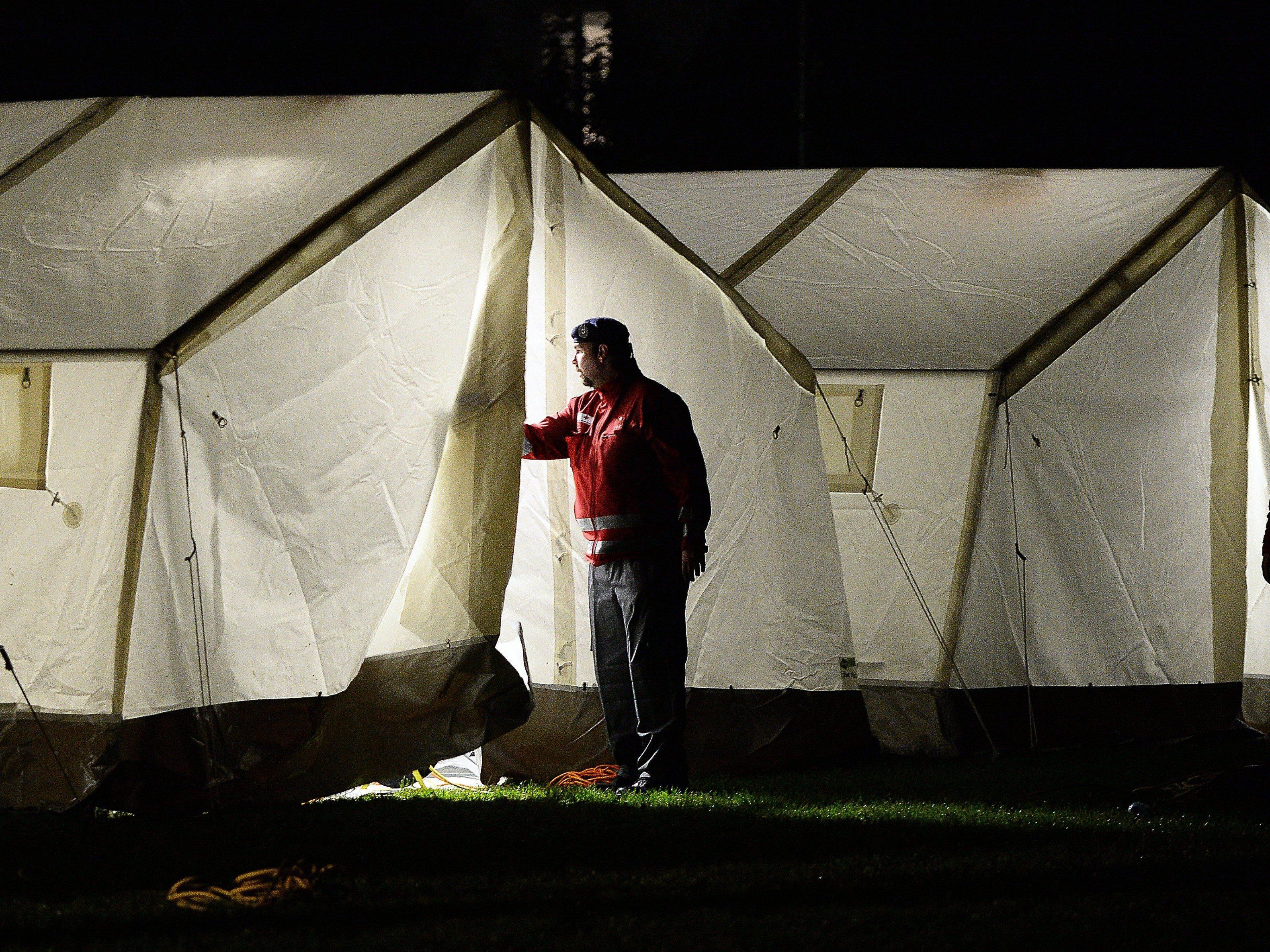 In einer Dornbirner Messehalle werden Zelte für Asylwerber aufgebaut.