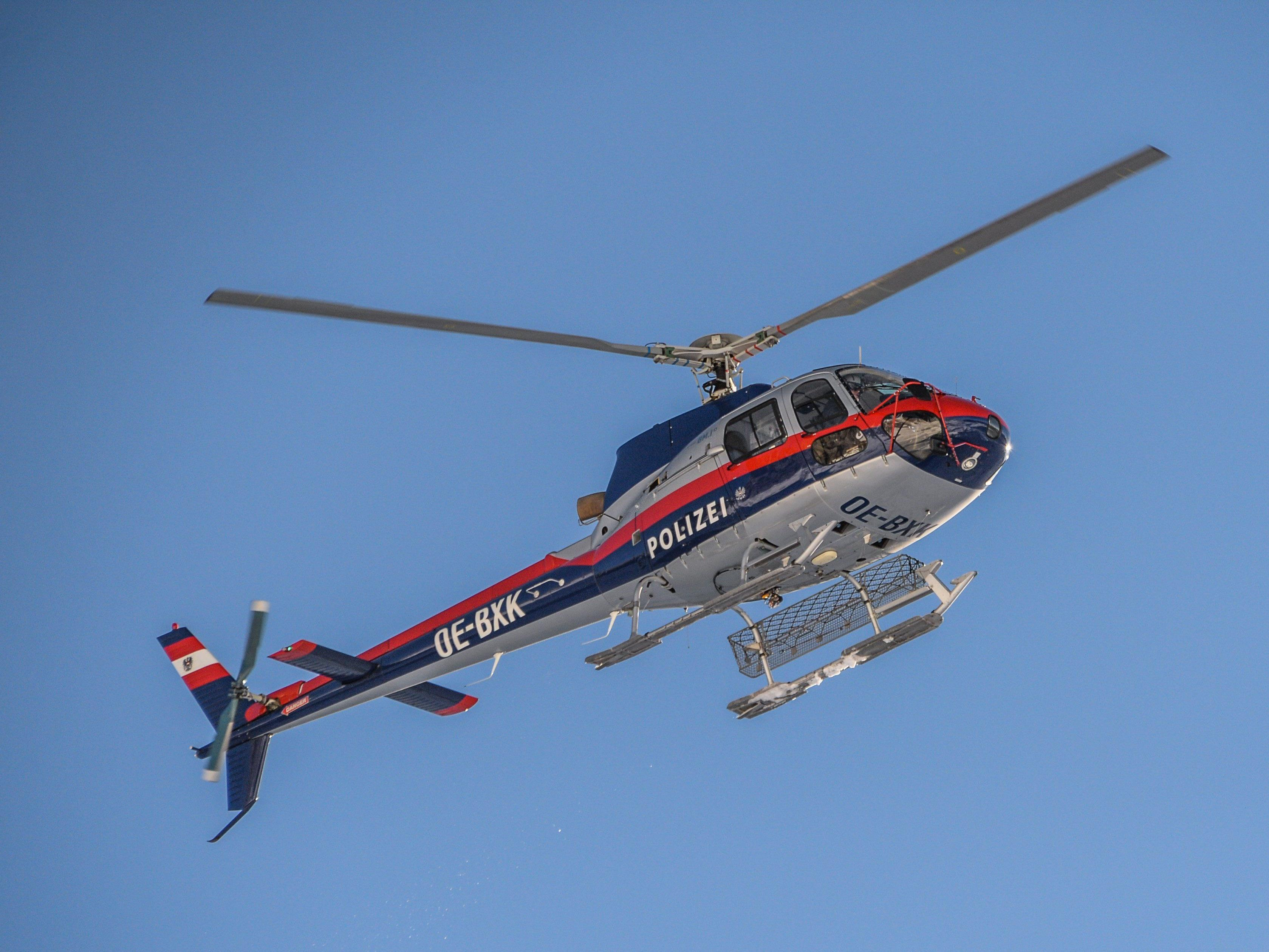 Auch per Helikopter wird nach dem flüchtigen Dieb gefahndet.