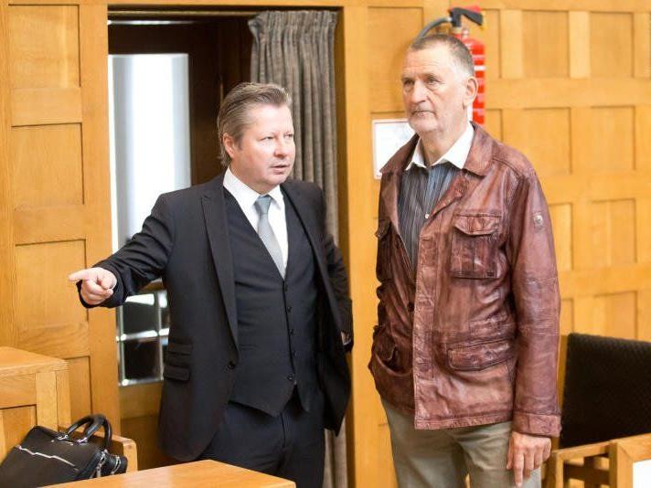 Erhielt laut Experten in erster Instanz eine relativ glimpfliche Strafe: Edelbert Meusburger (rechts), im Bild mit Anwalt Nicolas Stieger (links).