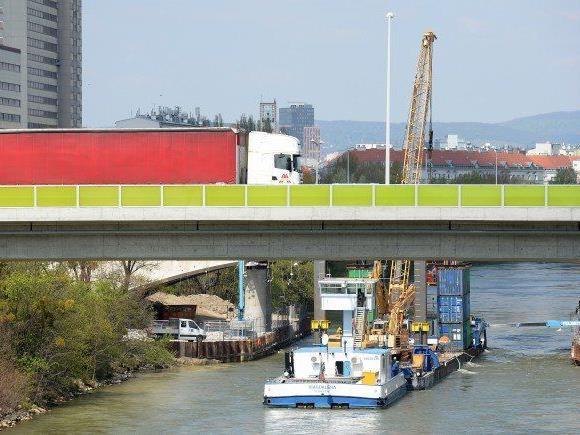 Bei Taucharbeiten bei der Erdberger Brücke (A23) verunglückte ein Taucher.