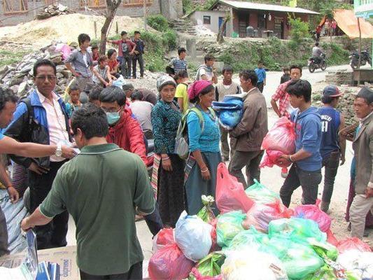 Verteilung von Nahrungsmittel und Zeltplanen in Rasuwa.