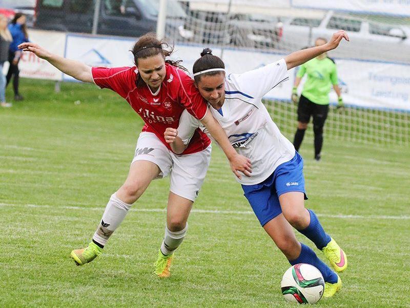 Julia Schnetzer im Zweikampf mit Sara Postai, Rankweil gewann im Elferschießen