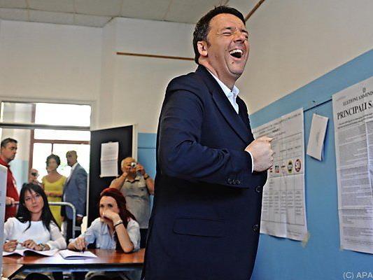 Fröhlicher Matteo Renzi bei der Stimmabgabe nach Florenz
