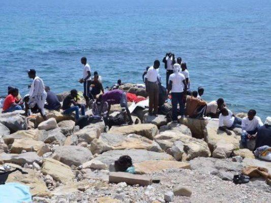 Flüchtlinge warten am Grenzübergang Ventimiglia auf Weiterreise