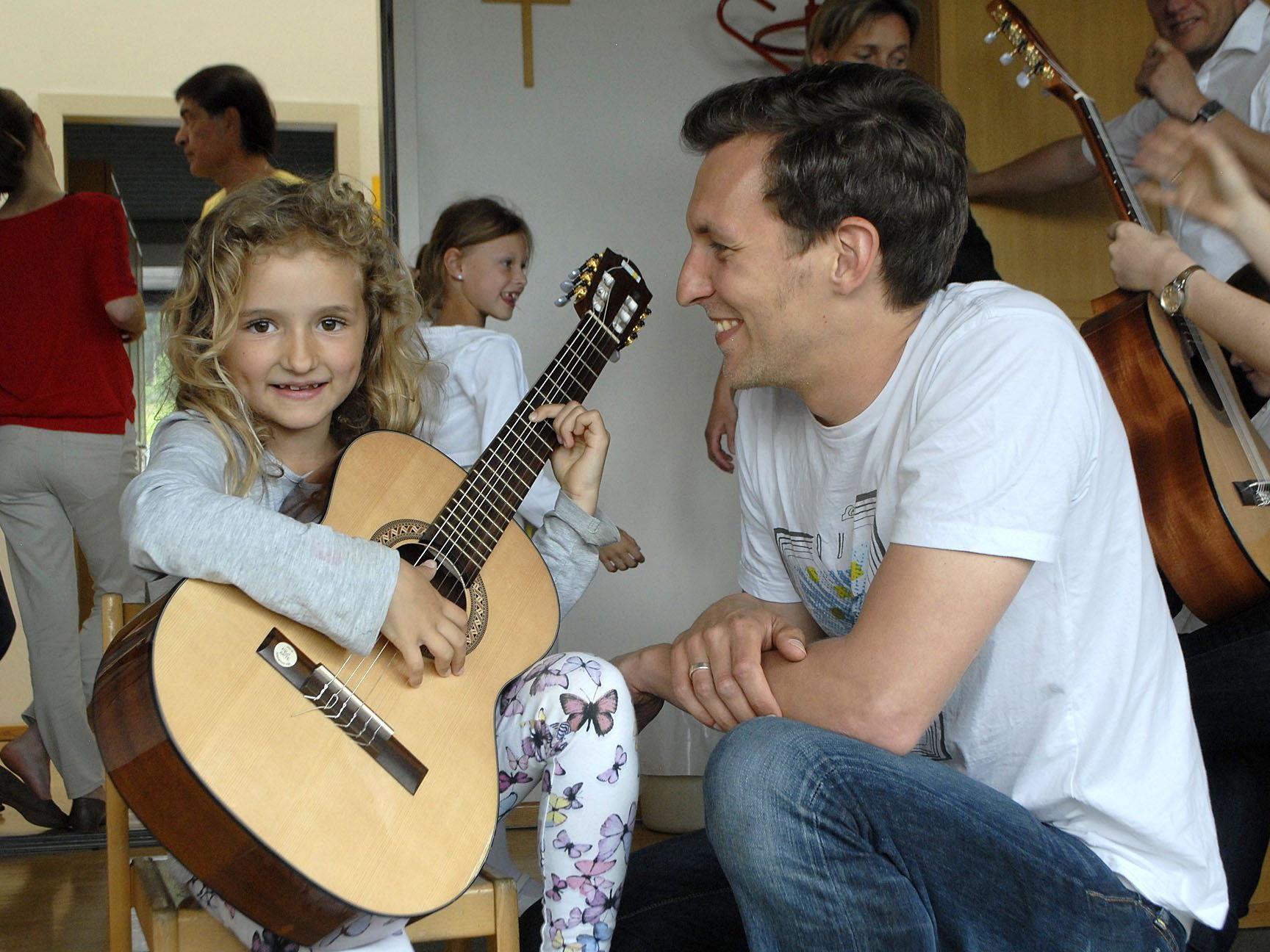 Die vielen verschiedenen Musikinstrumente konnten unter Anleitung eines Musikpädagogen nach Herzenslust ausprobiert werden.