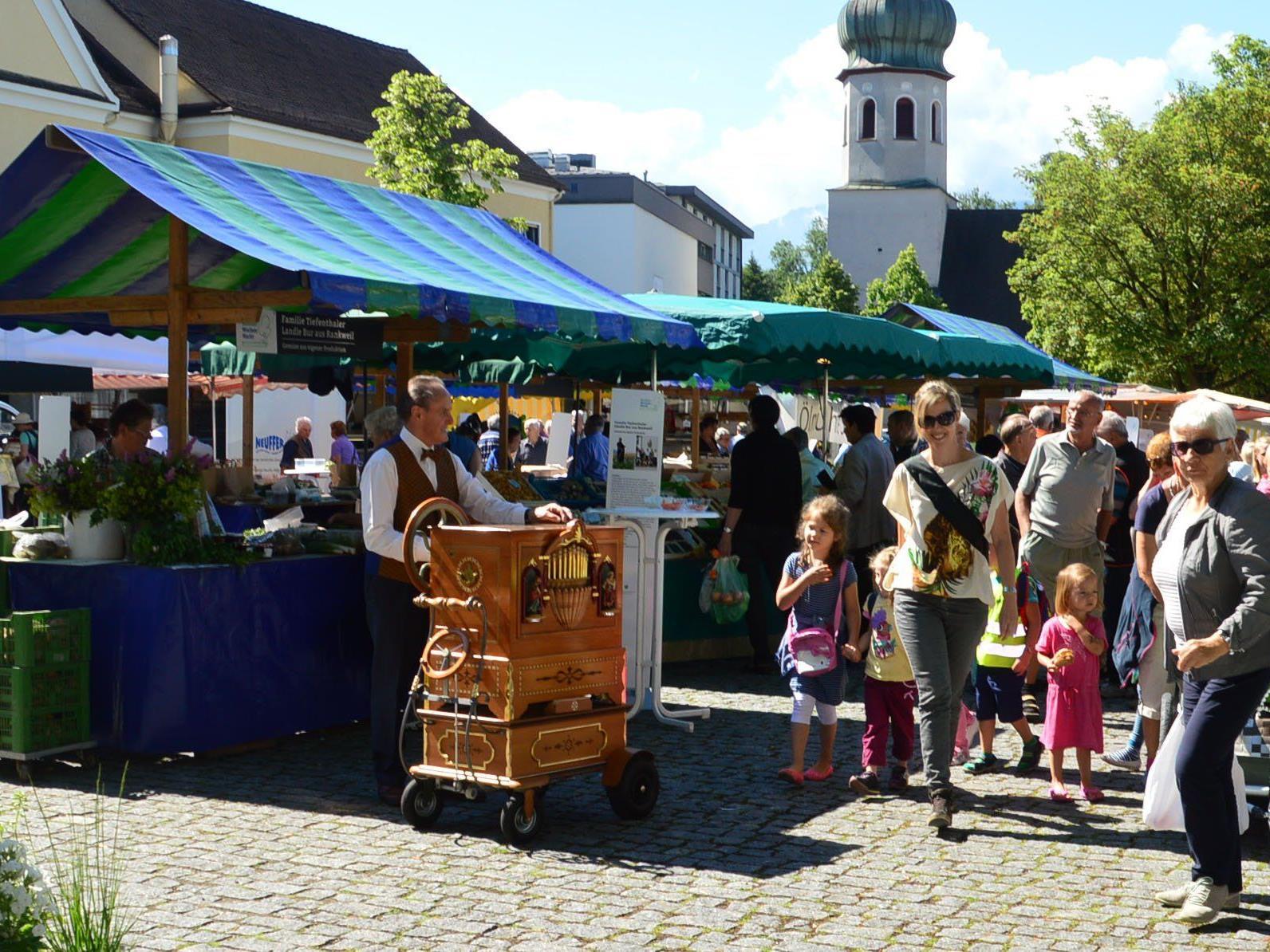 Der Wochenmarkt verzeichnete bei sommerlichen Temperaturen einen Besucherrekord.