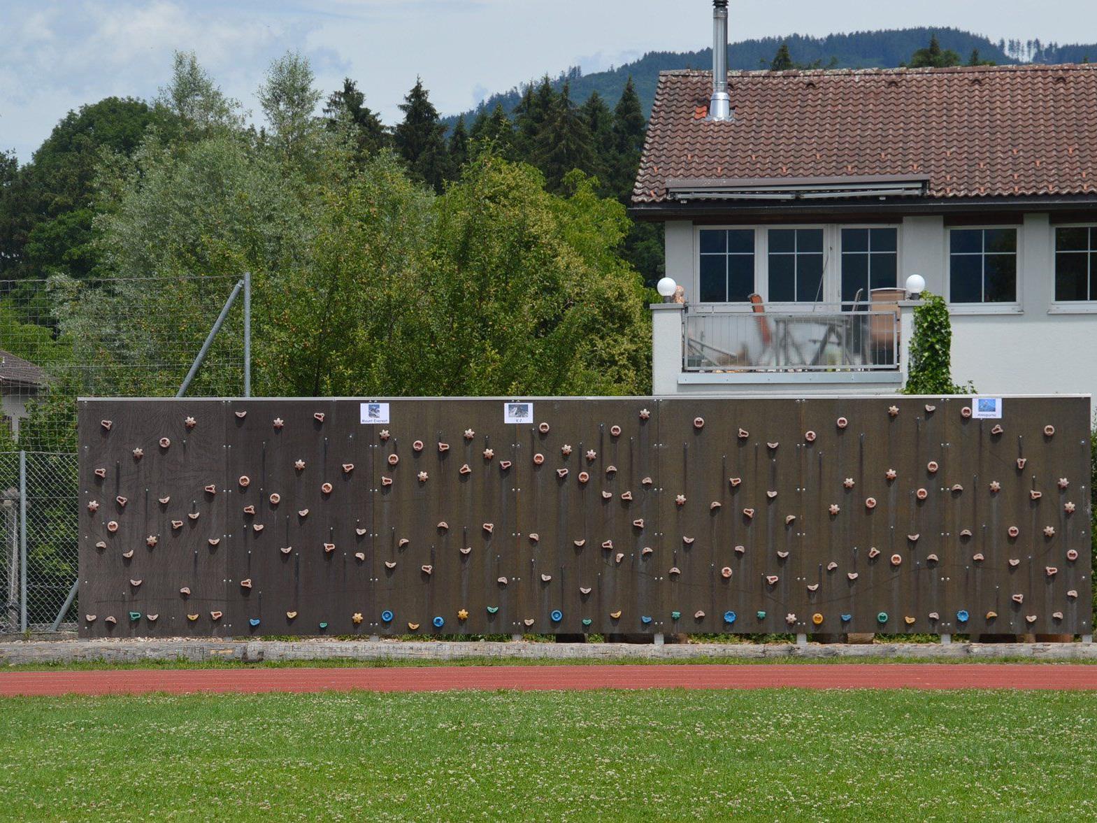 Die Kletterwand bei der Volksschule Montfort ist eines von mehreren bewegungsfördernden Elementen, die den Pausenhof aufwerten sollen.