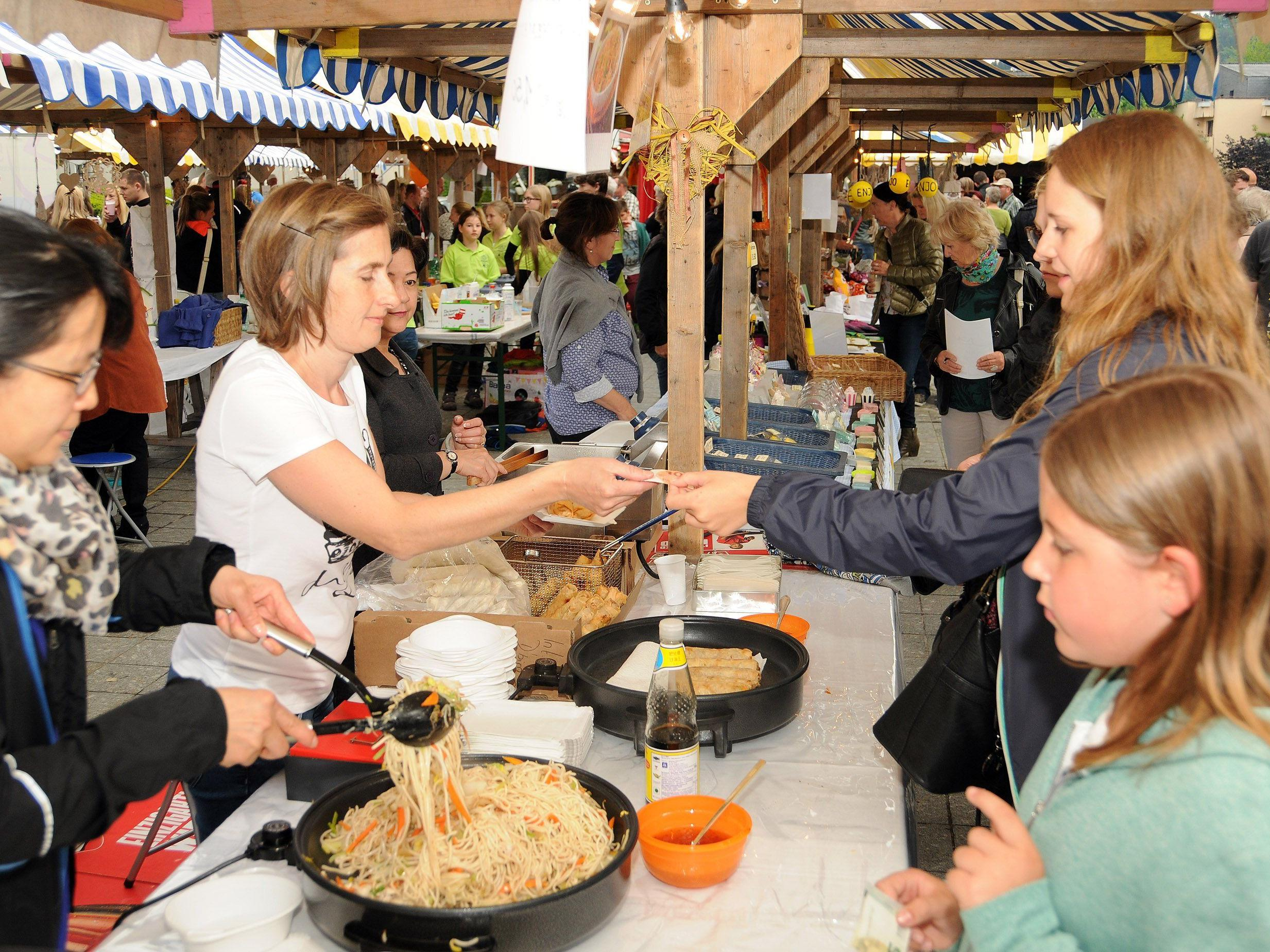 Gebratene Nudeln, Frühlingsrollen und Tee werden beim Abendmarkt ebenfalls angeboten.