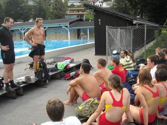 Lothar Lins (2. v. l.) bei der Arbeit: Bei der Ausbildung von zukünftigen Wasserrettern im Schwimmbad Felsenau.
