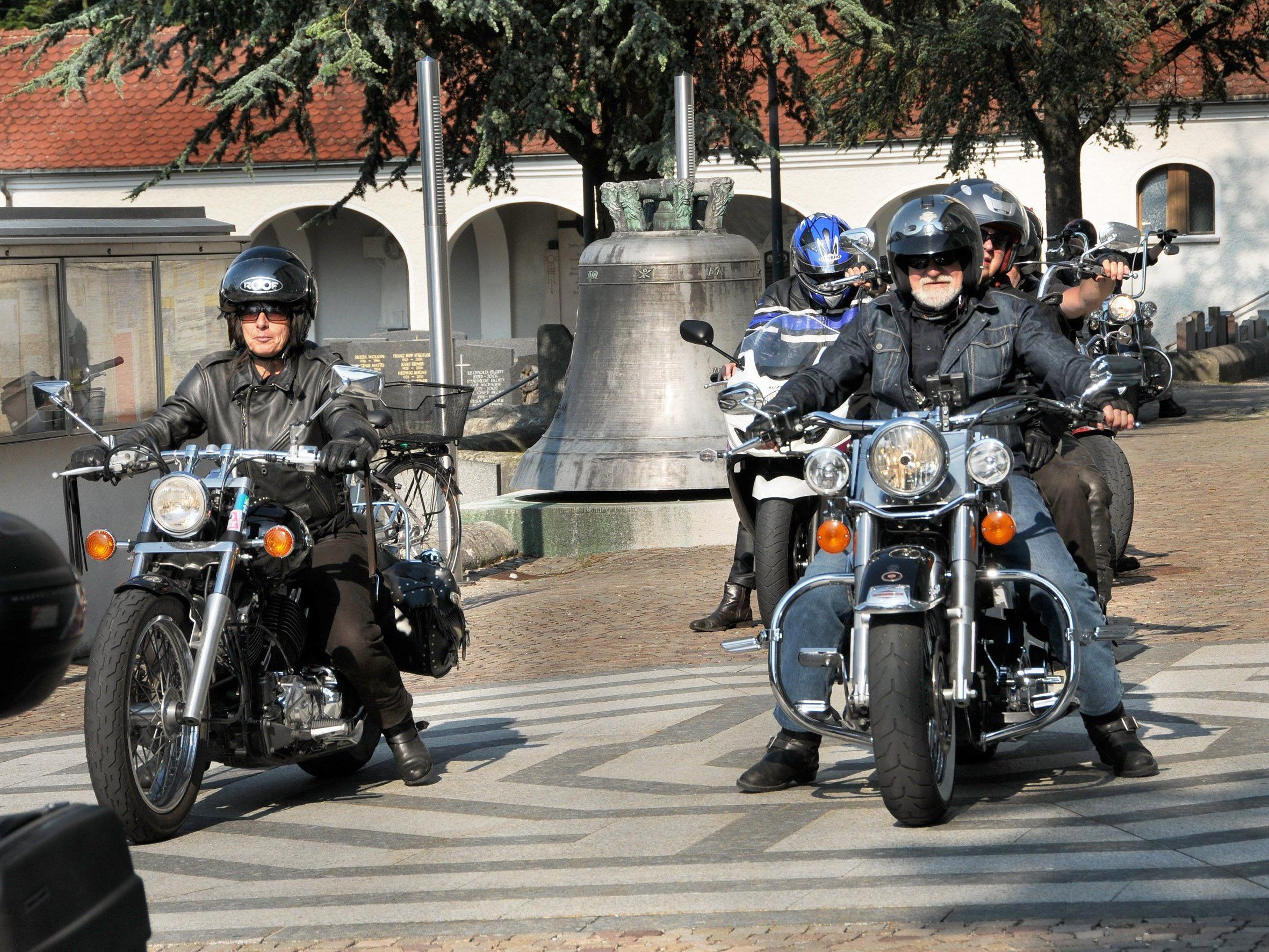 Ab 17: 30 Uhr rollen am Samstag, dem 4. Juli, die Motorräder bei der Höchster Kirche vor.