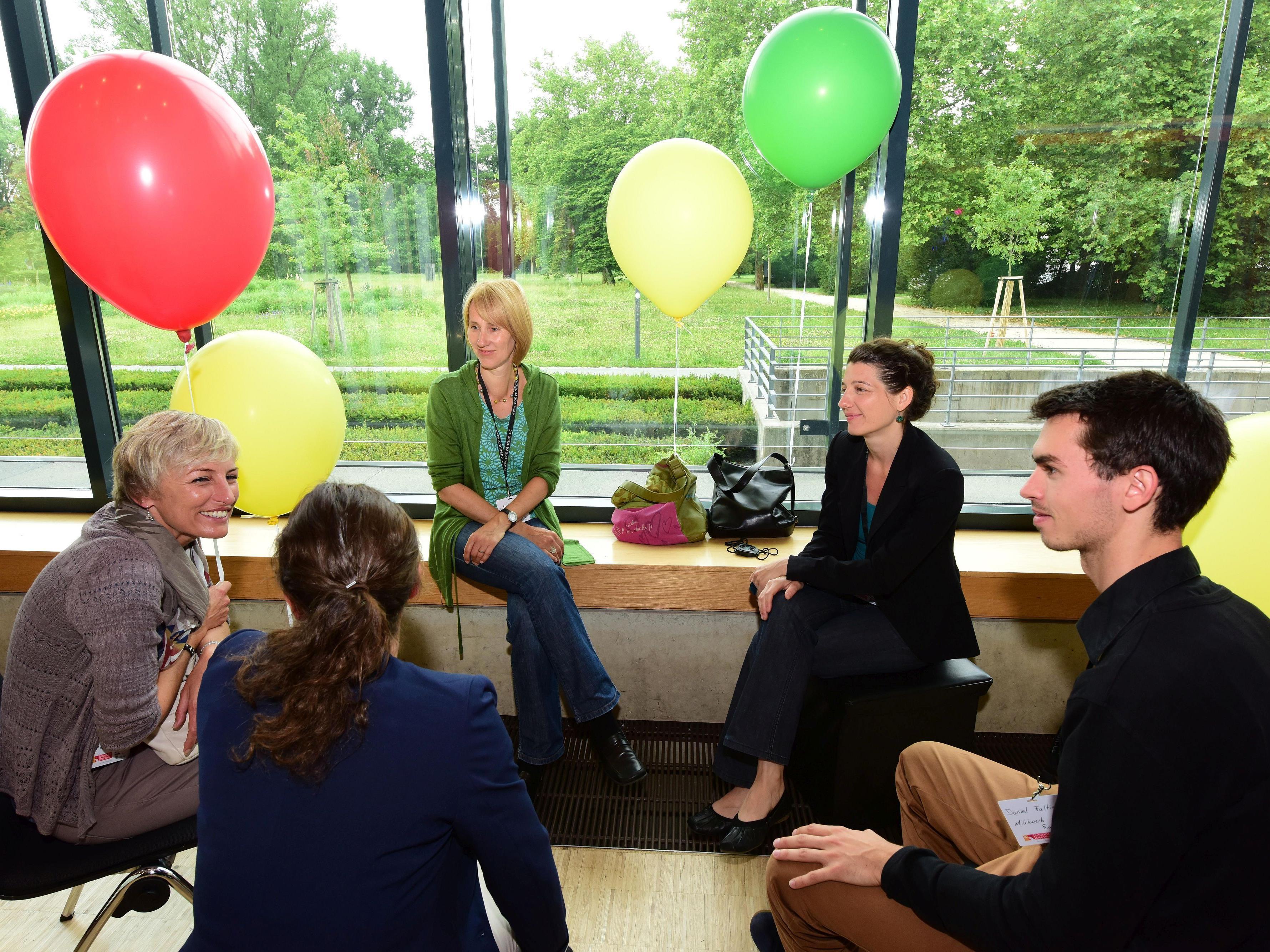 Die Luftballon-Farben signalisieren mehr oder weniger Kongresserfahrung – Austausch auf Augenhöhe ist dennoch selbstverständlich.