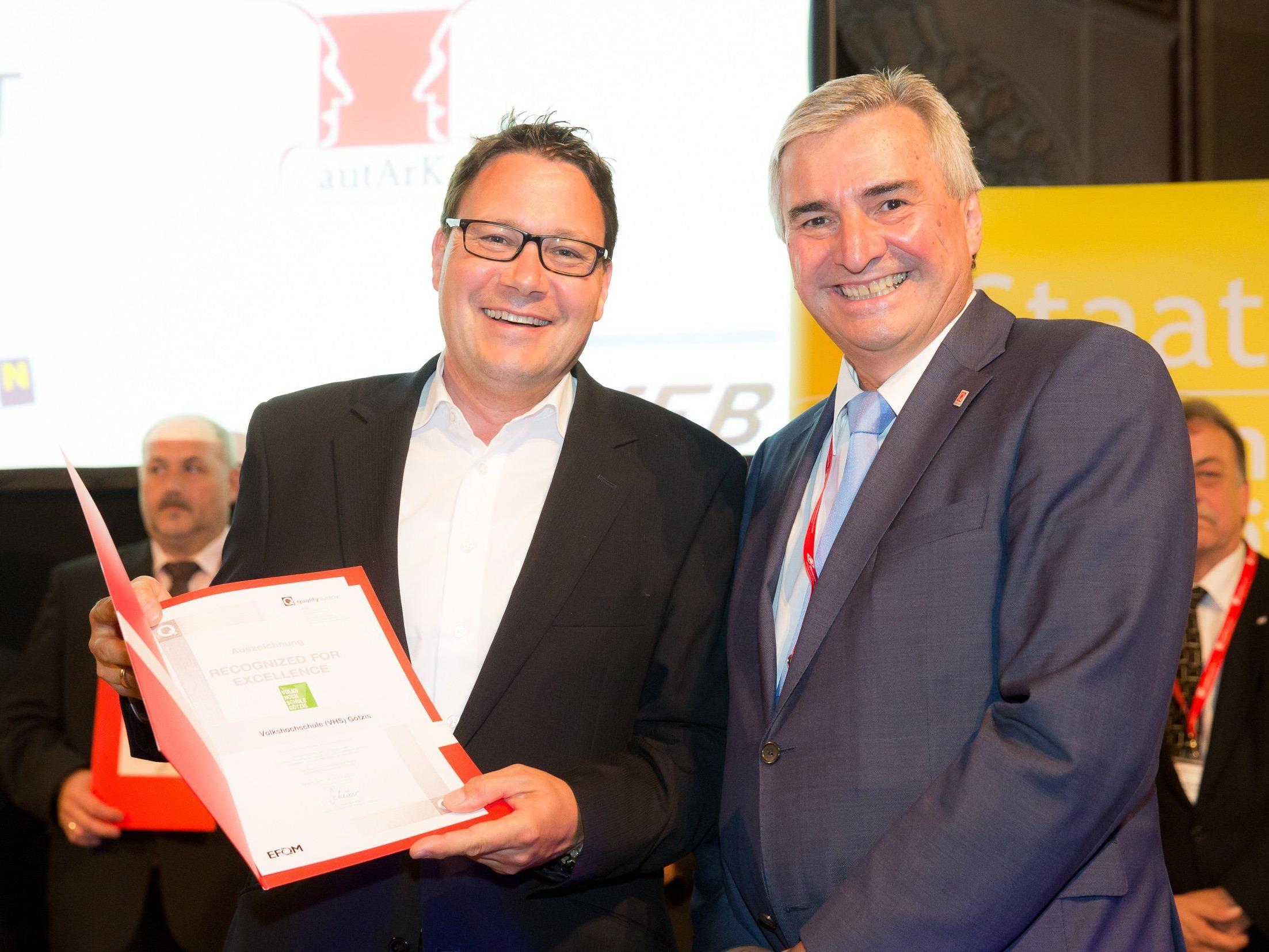 Der CEO der Quality Austria, Dr. Konrad Scheiber, überreicht GF Stefan Fischnaller das Qualitätsdiplom