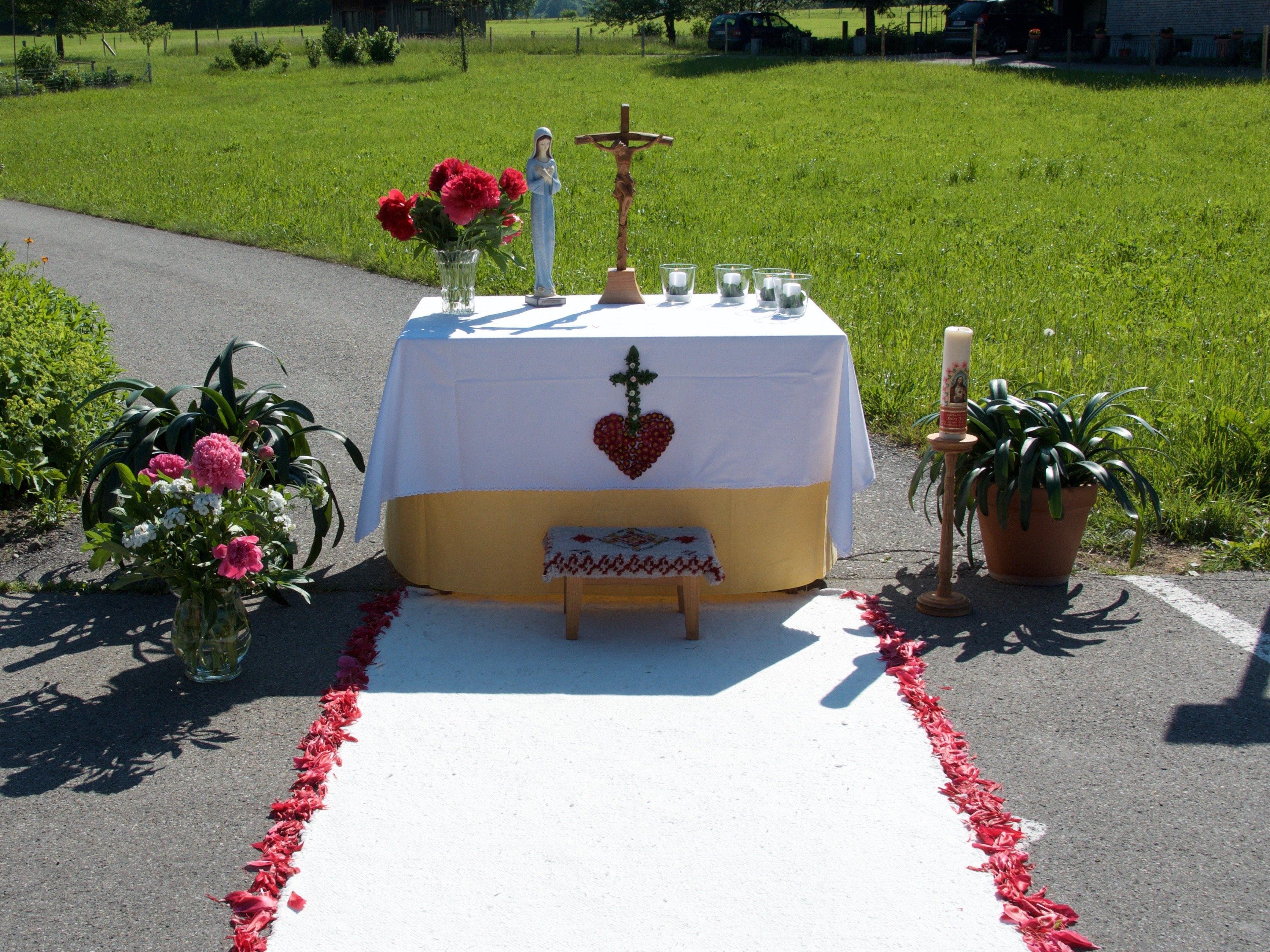Liebevoll geschmückter Altar