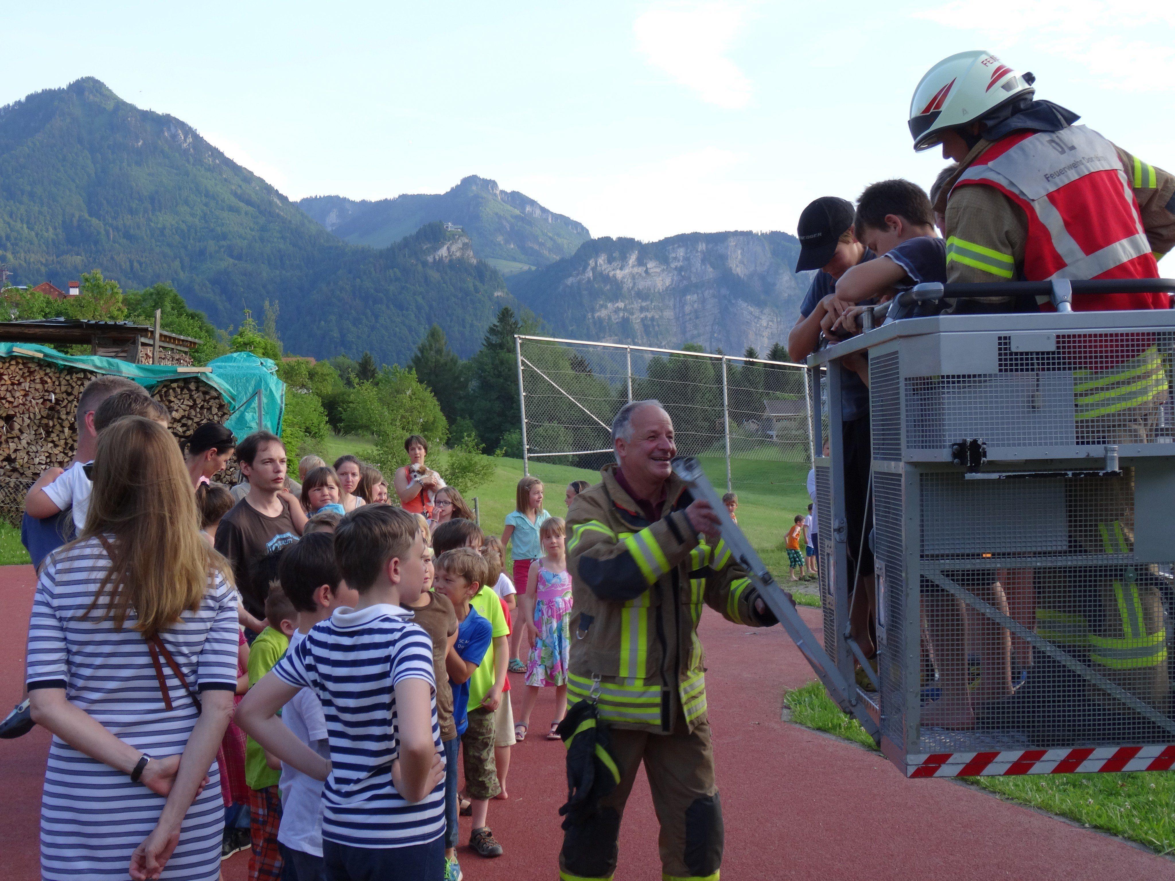 Die Feuerwehrübung war für die Watzenegger Schülerinnen und Schüler ein spannendes Abenteuer.
