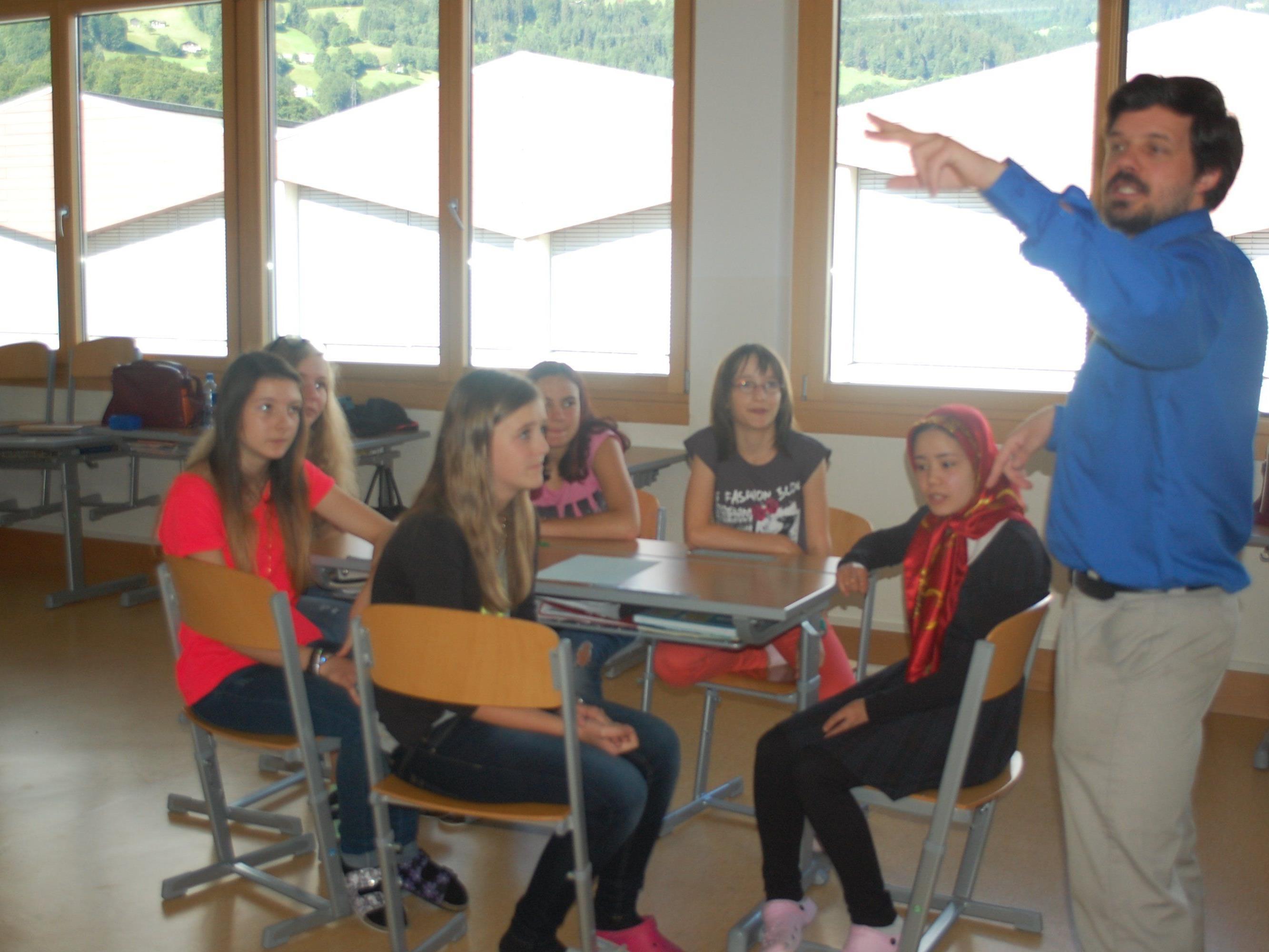 Der Unterricht ist recht handlungsorientiert und die Schüler müssen sich sehr viel einbringen