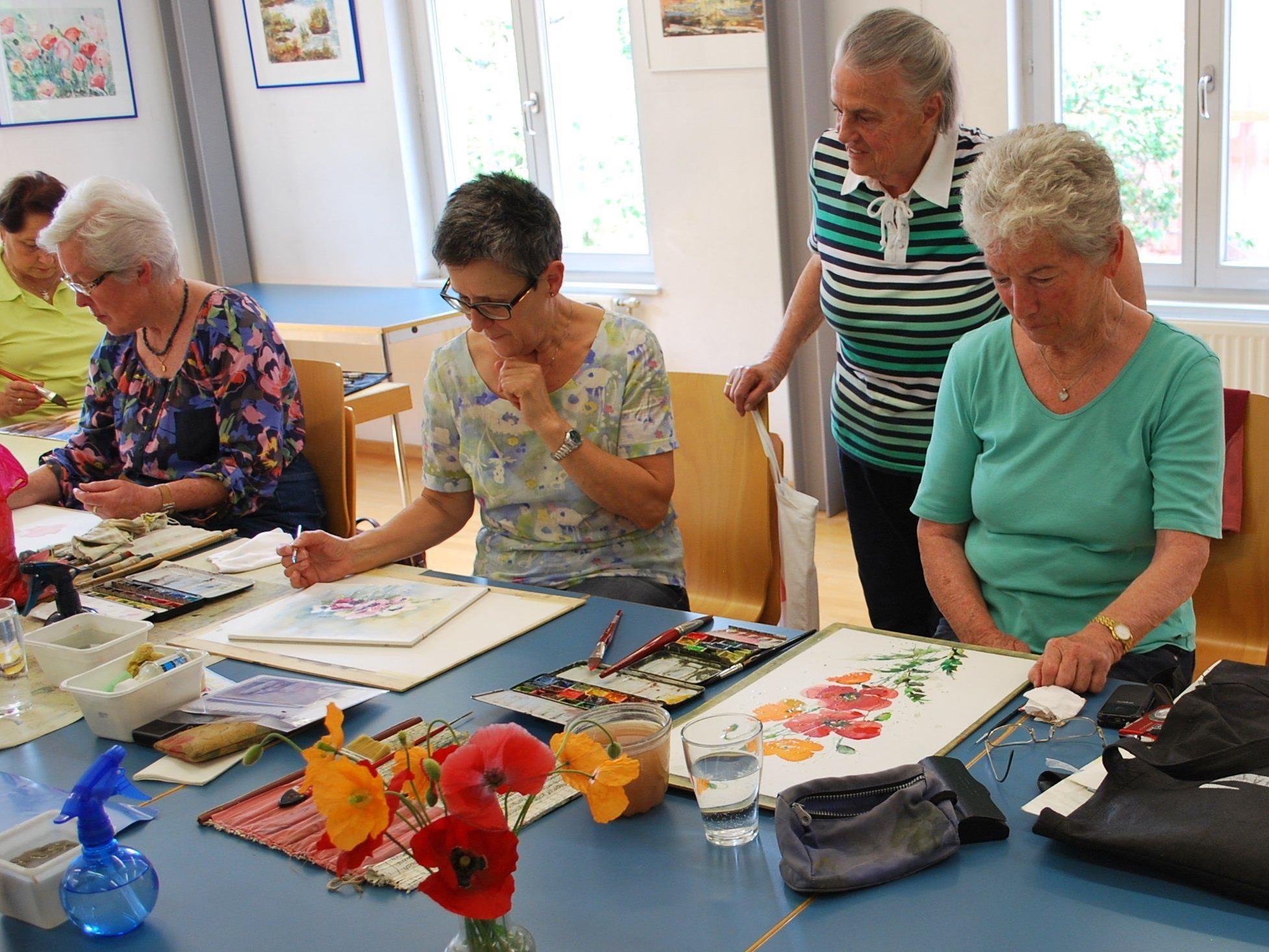 Die Montagsmalerinnen bei ihrer Lieblingsbeschäftigung