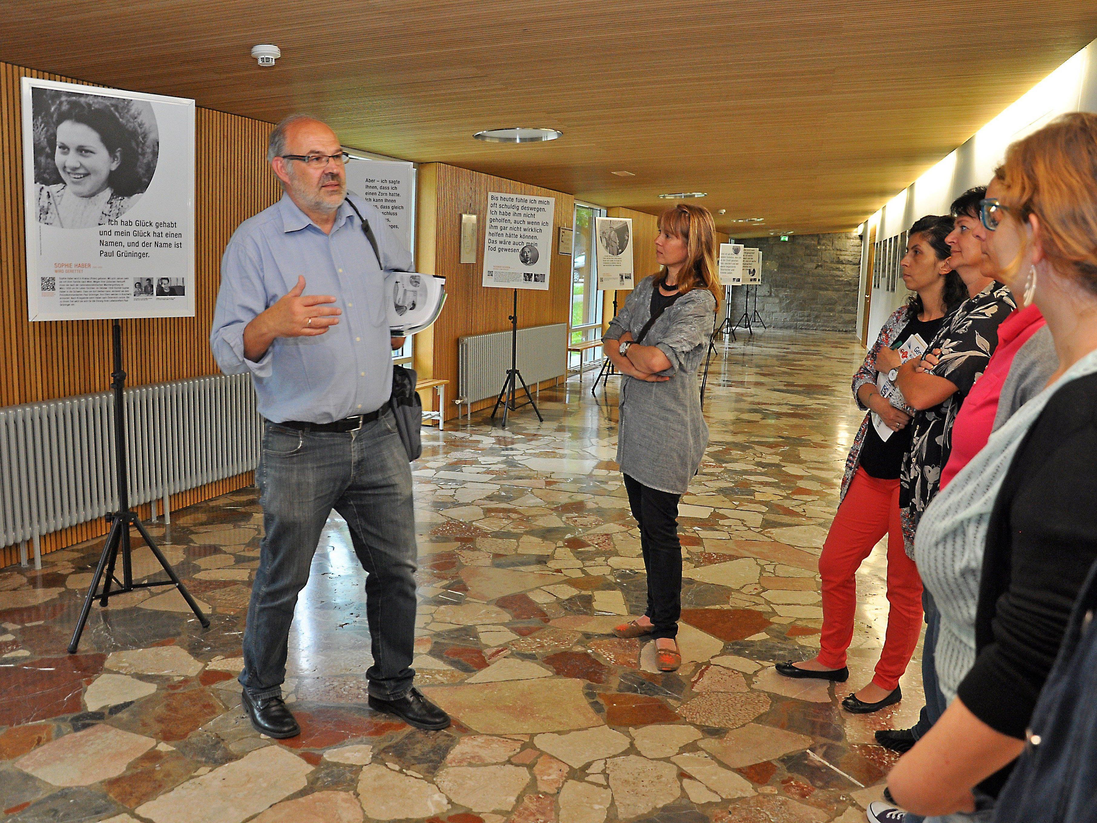 Die Ausstellung regt dazu an, sich mit Themen wie Vorurteilen, Flüchtlingen und Antisemitismus in der heutigen Zeit auseinanderzusetzen.