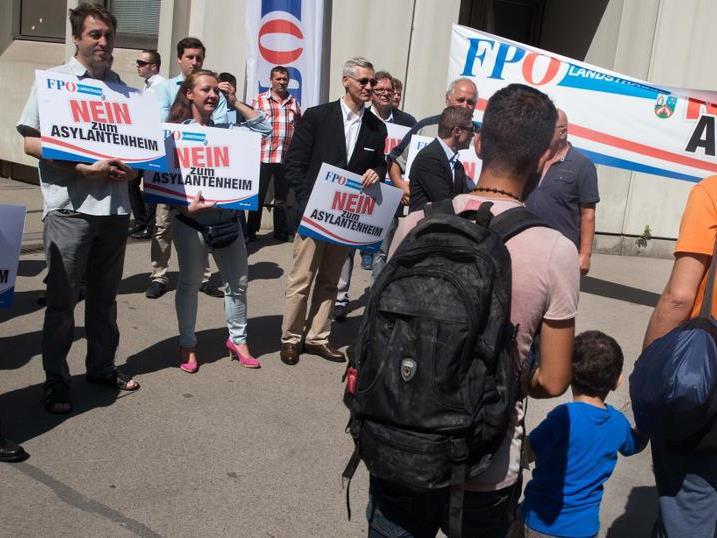 So begrüßt die FPÖ geflüchtete Kinder in Wien-Erdberg.