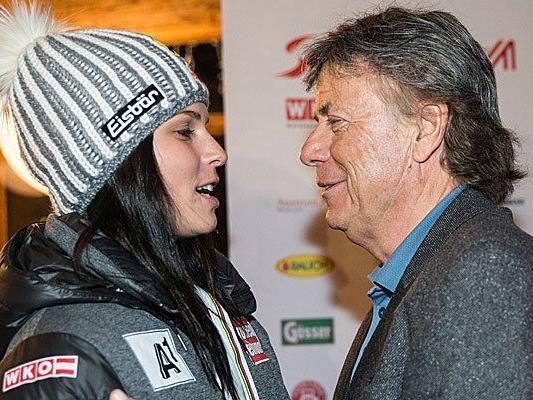 Anna Fenninger (im Bild mit ÖSV-Präsident Peter Schröcksnadel) bleibt dem ÖSV auch weiterhin erhalten.