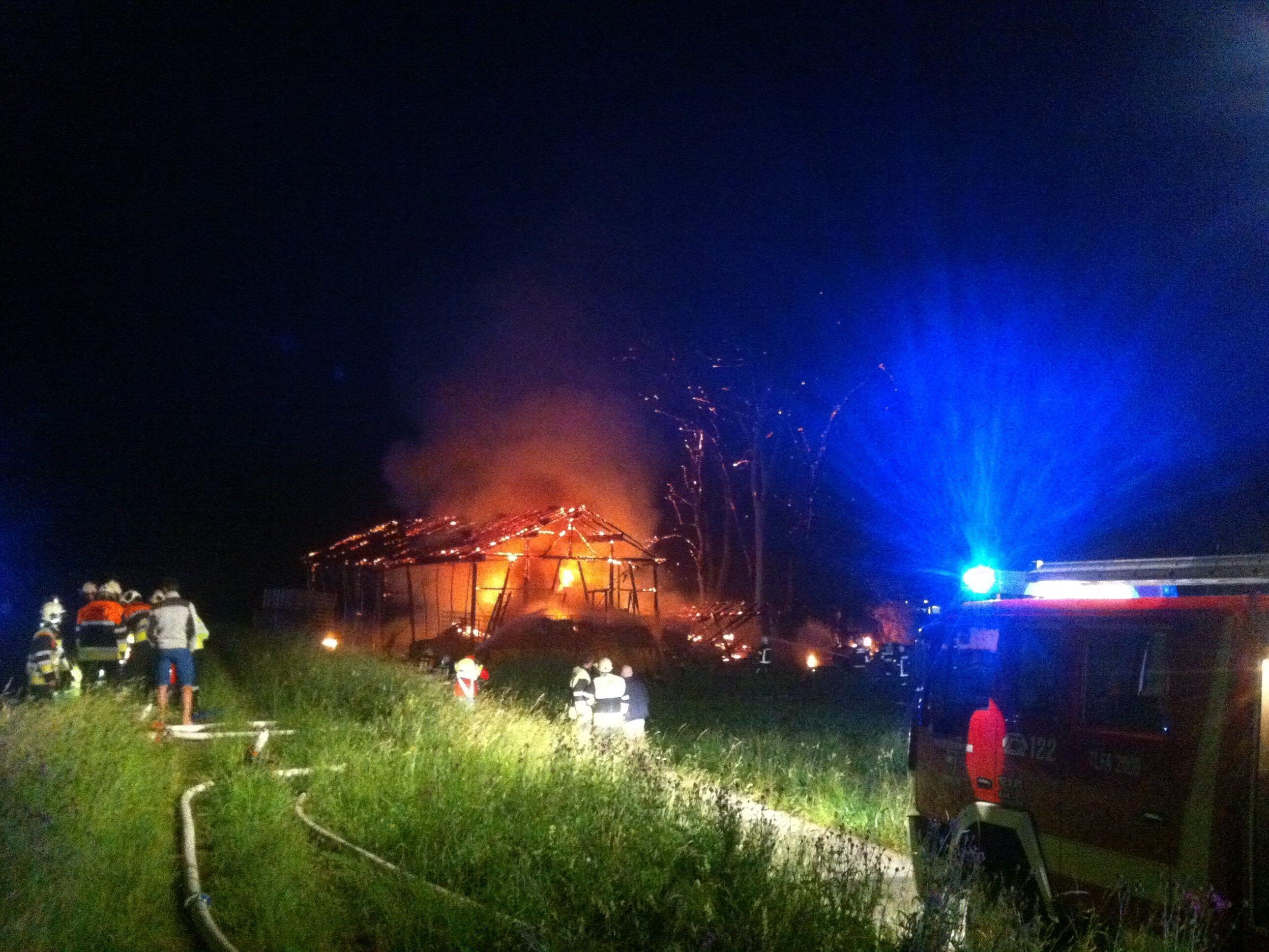 In der Nacht auf Sonntag fiel eine Holzscheune den Flammen zum Opfer.