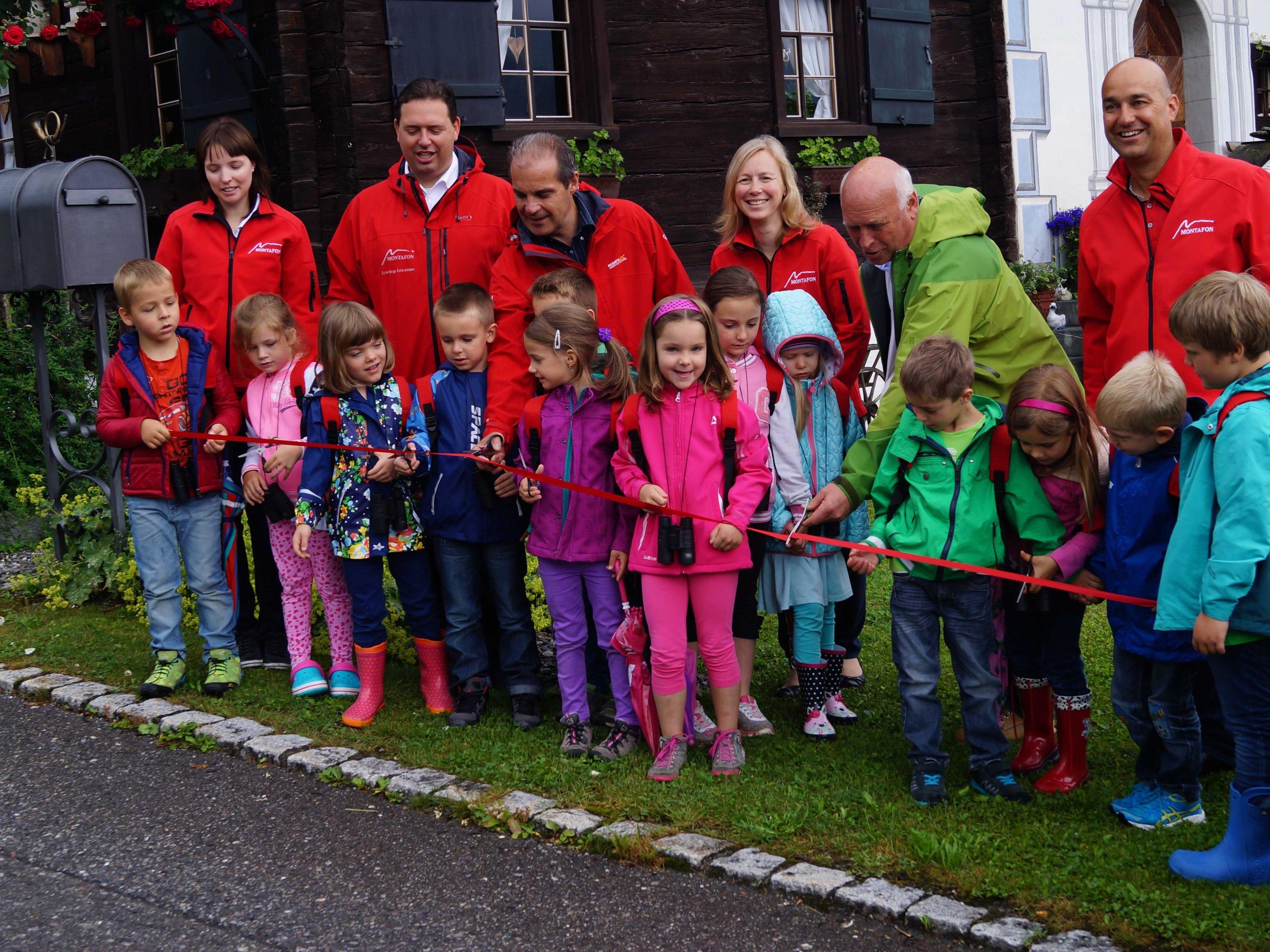 Der Kindergarten Vandans schnitten das Band zur Eröffnung durch.
