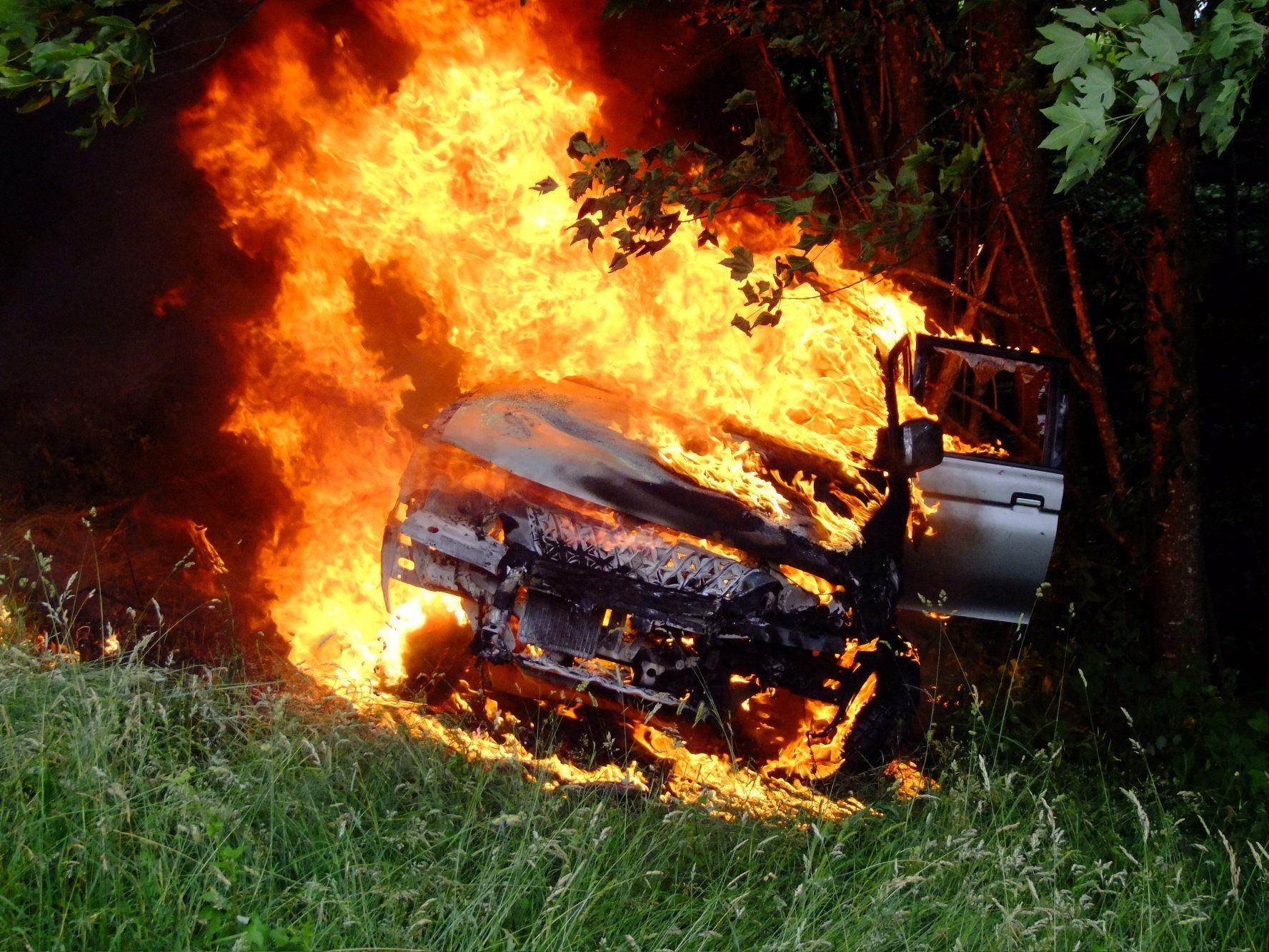 Lichterloh brannte am Dienstag im Schweizer Gams ein Lieferwagen.