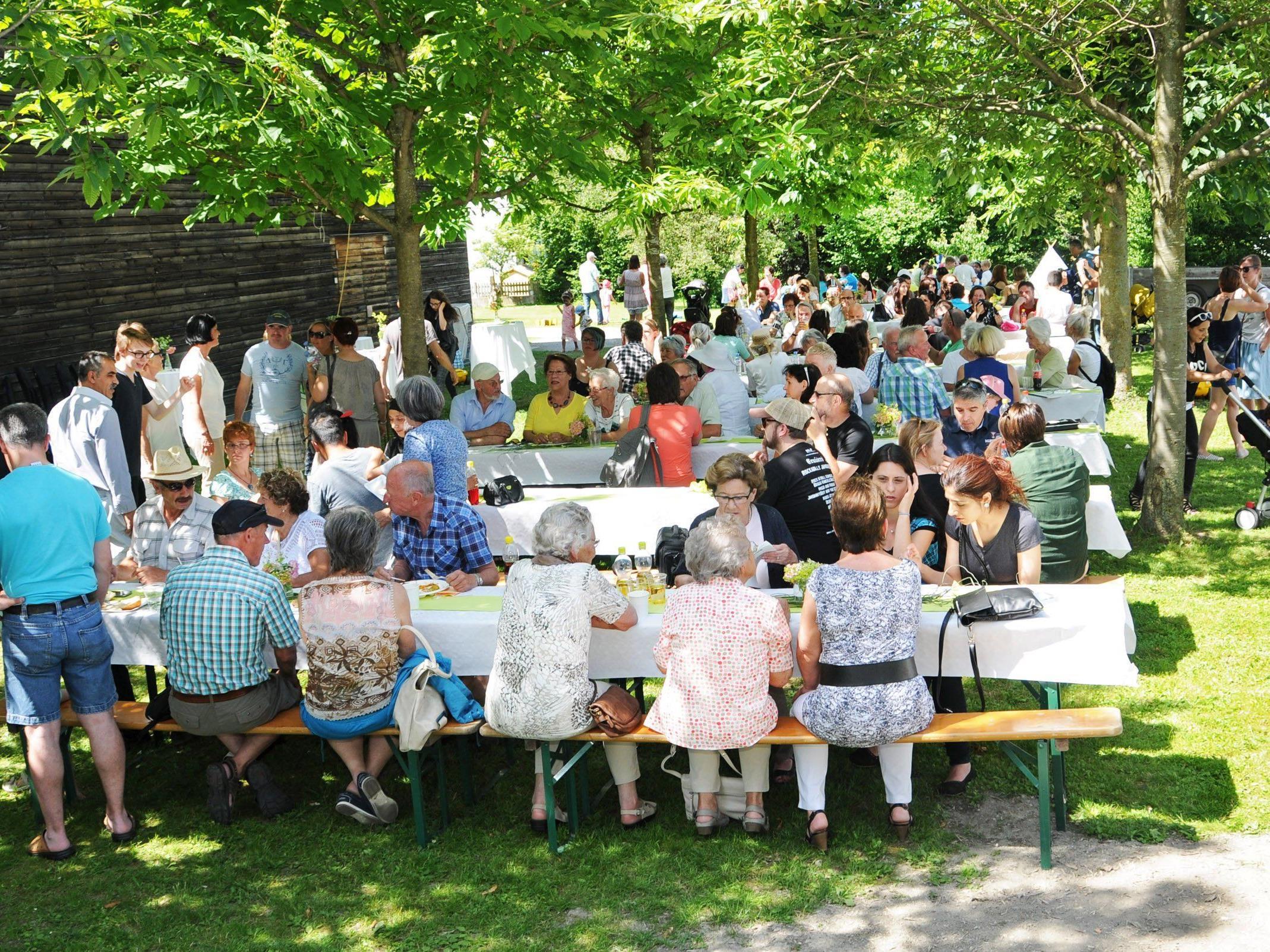 Unter den schattigen Bäumen neben dem Pfarrheim Höchst lässt es sich besonders gut gemeinsam feiern.
