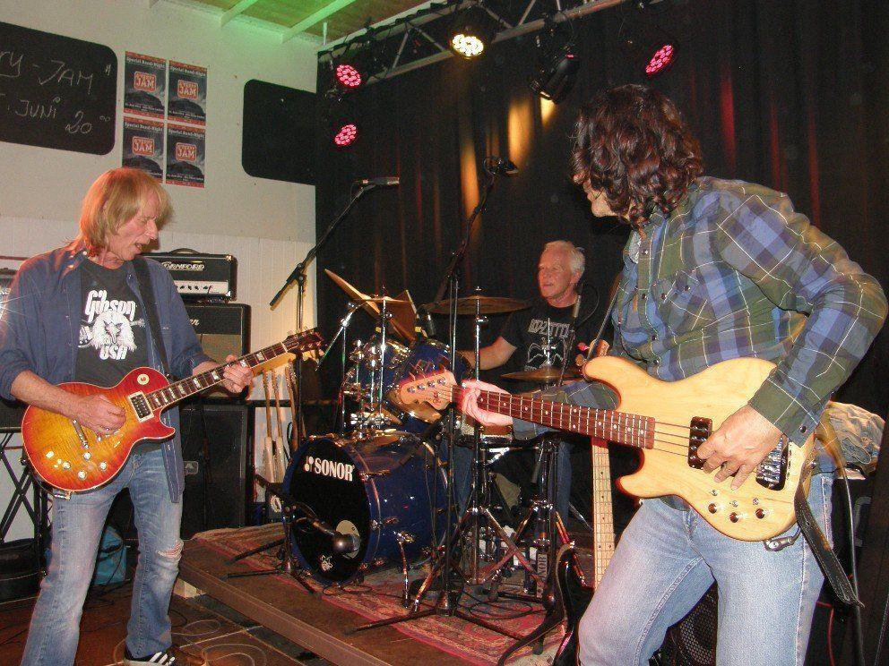 """Das """"Harry Bischofberger-Trio"""" heizte dem Publikum mt erdigen Rock. ein."""