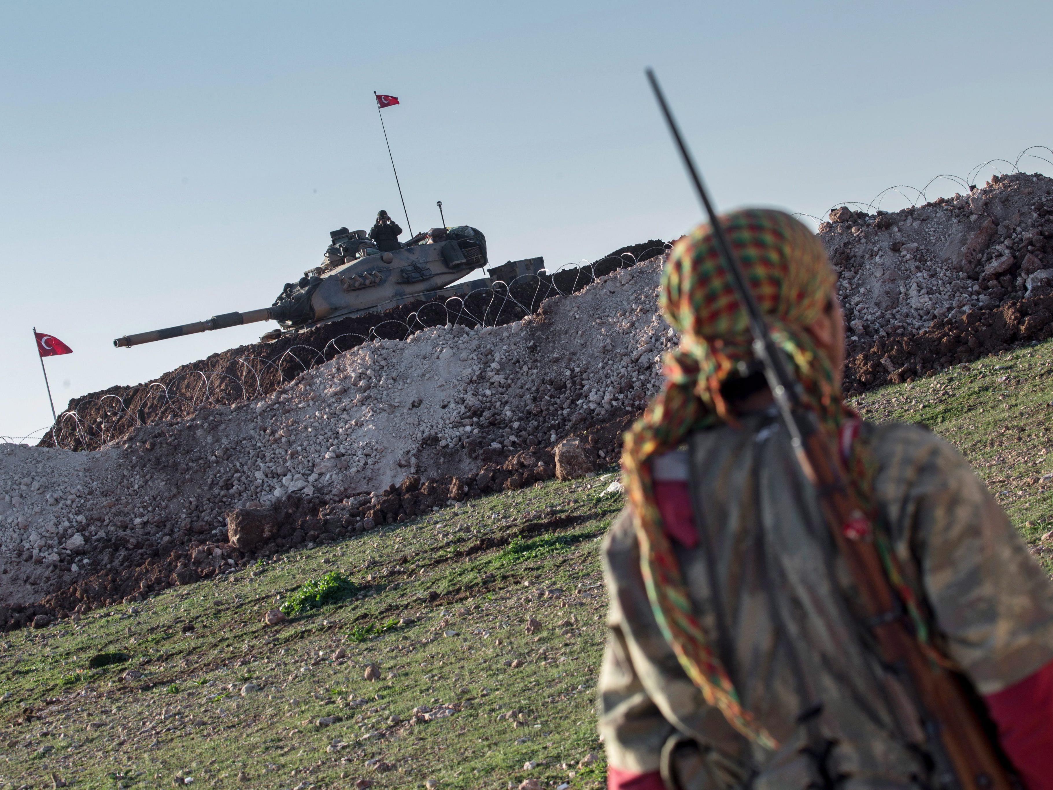 YPG-Kämpfer, türkischer Panzer: Marschiert die Türkei ein?
