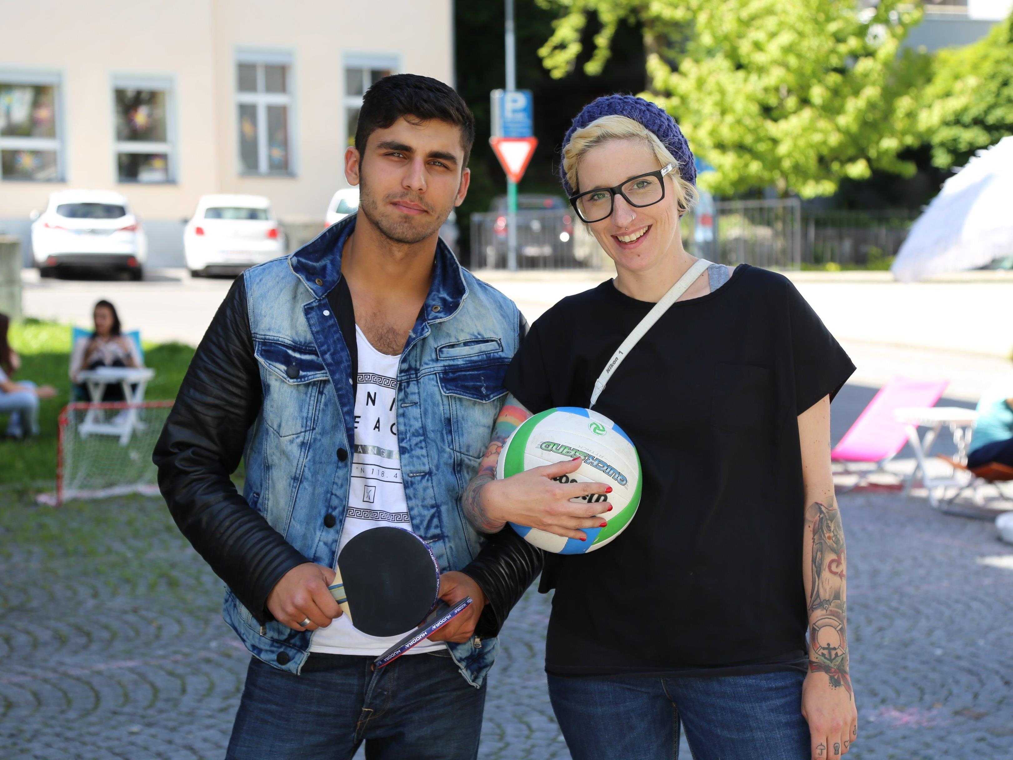 Die Organisatoren Miriam Giesinger mit Praktikant Hilyas Angar.