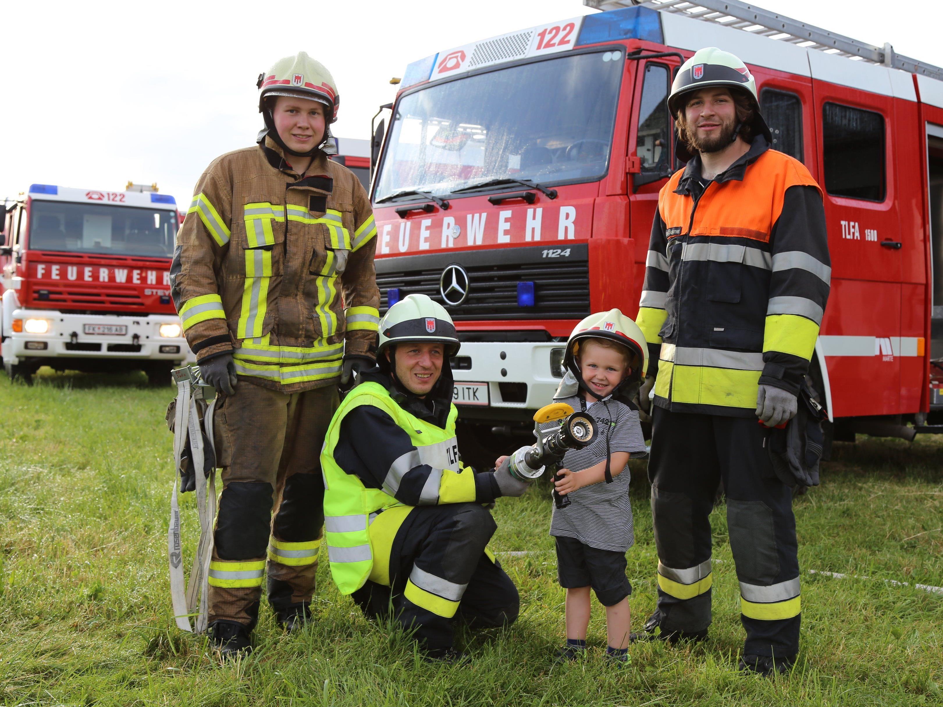 Die Vorderländer Feuerwehr mit Kinderreporter Jason-Durell.