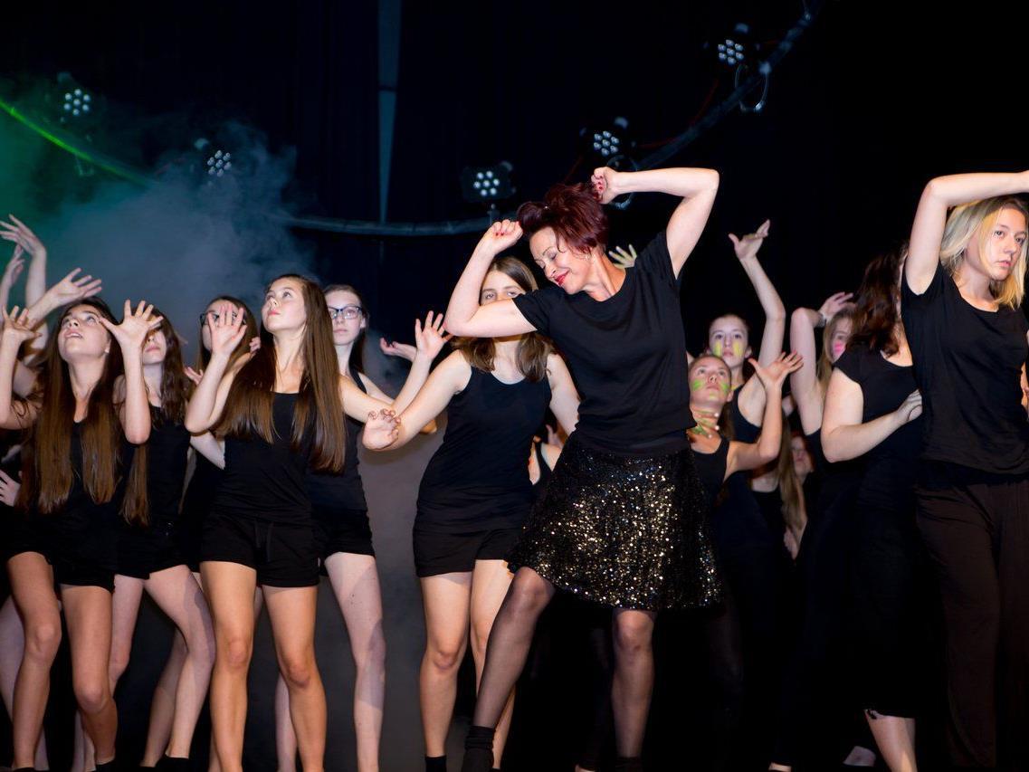 Corinna Burtscher performte gemeinsam mit ihren Schülerinnen auf der Bühne.