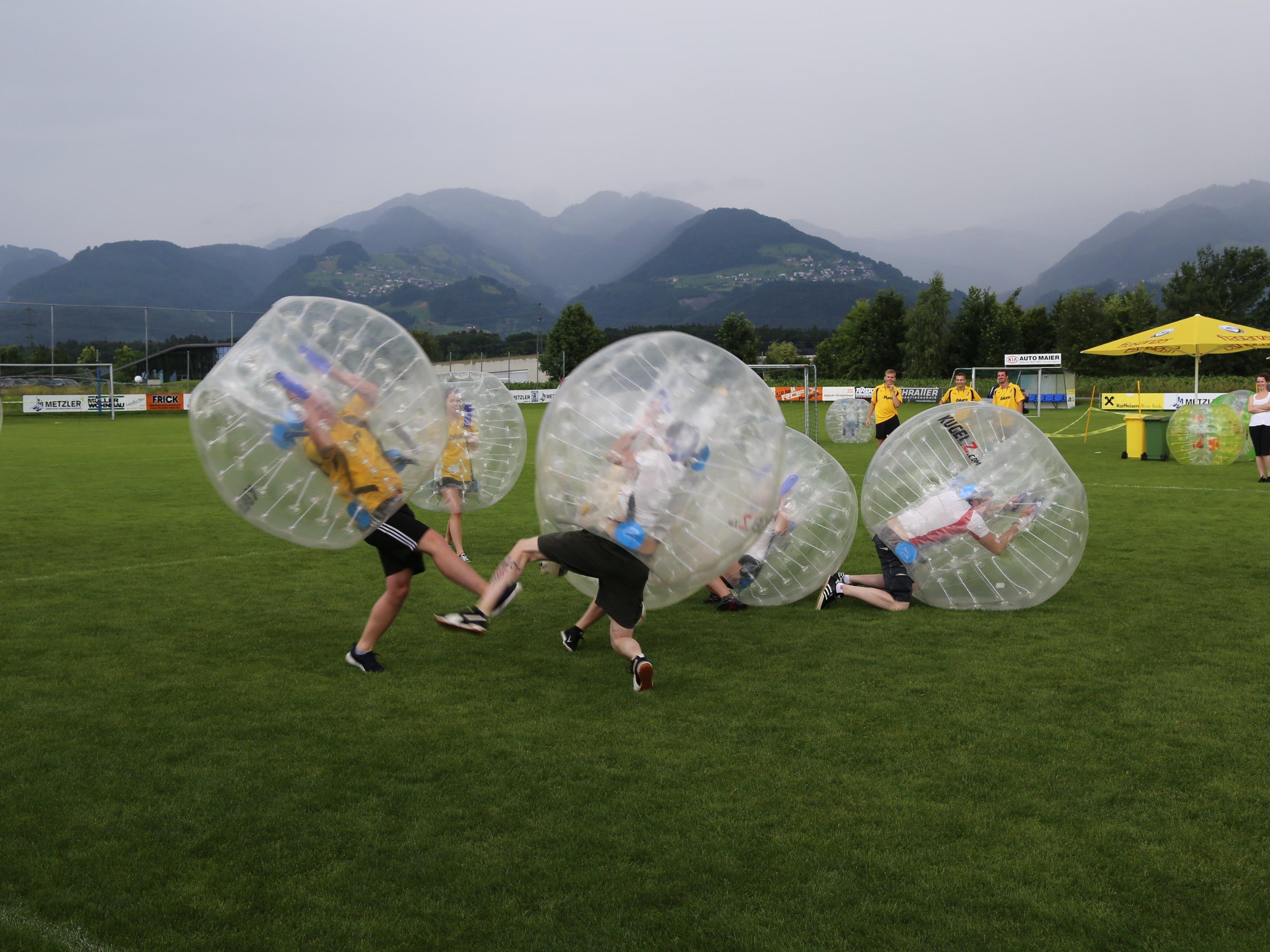 Kugel trifft auf Kugel mit einem lauten Knall. Das Bubble-Event in Brederis wurde groß gefeiert.
