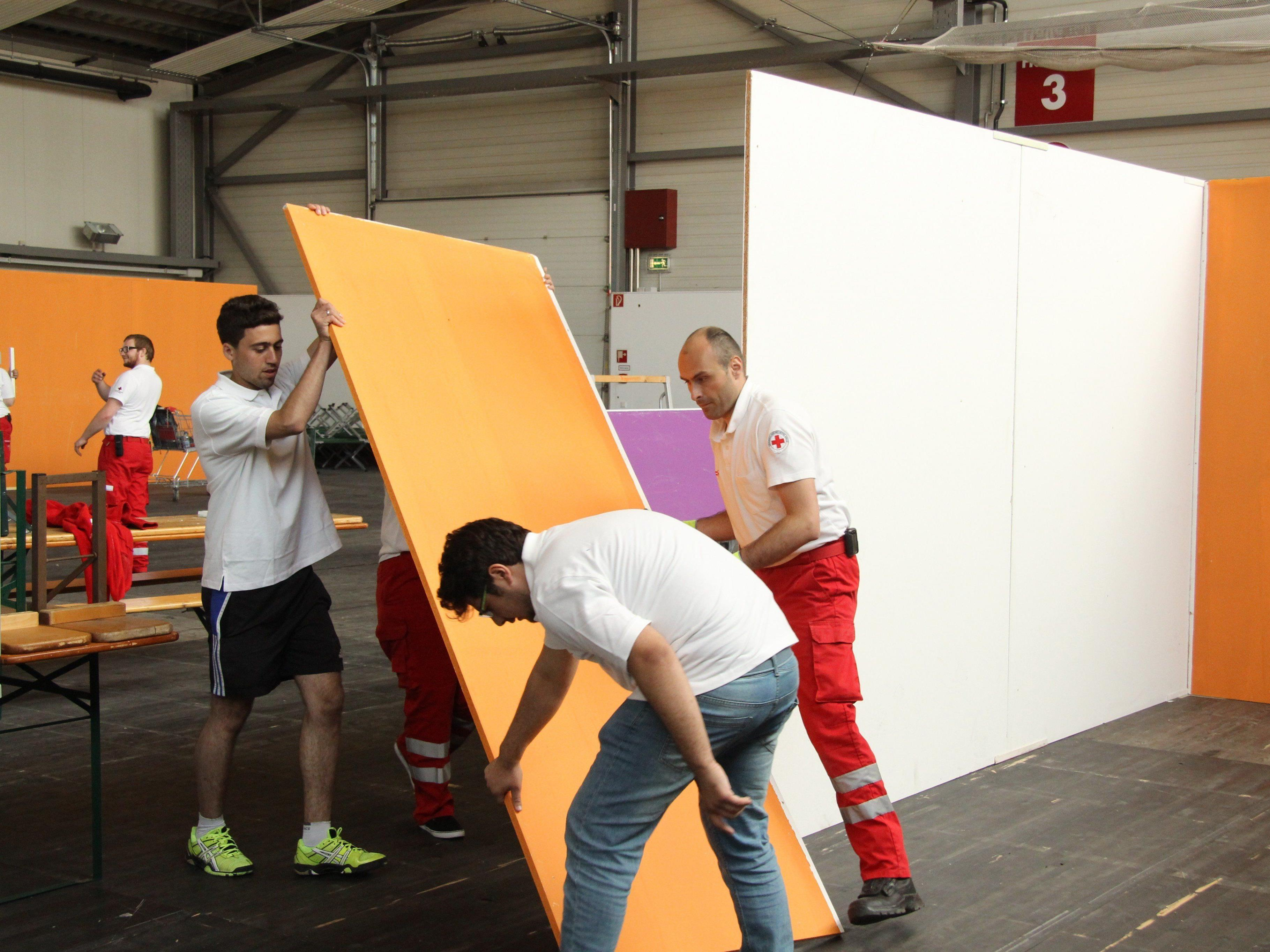 Aufbau des Flüchtlingscamps in der Messehalle.