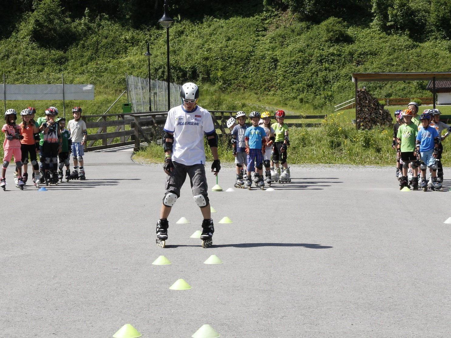 Jan Klocker verstand es ausgezeichnet, den Kindern die richtigen Techniken spielerisch beizubringen