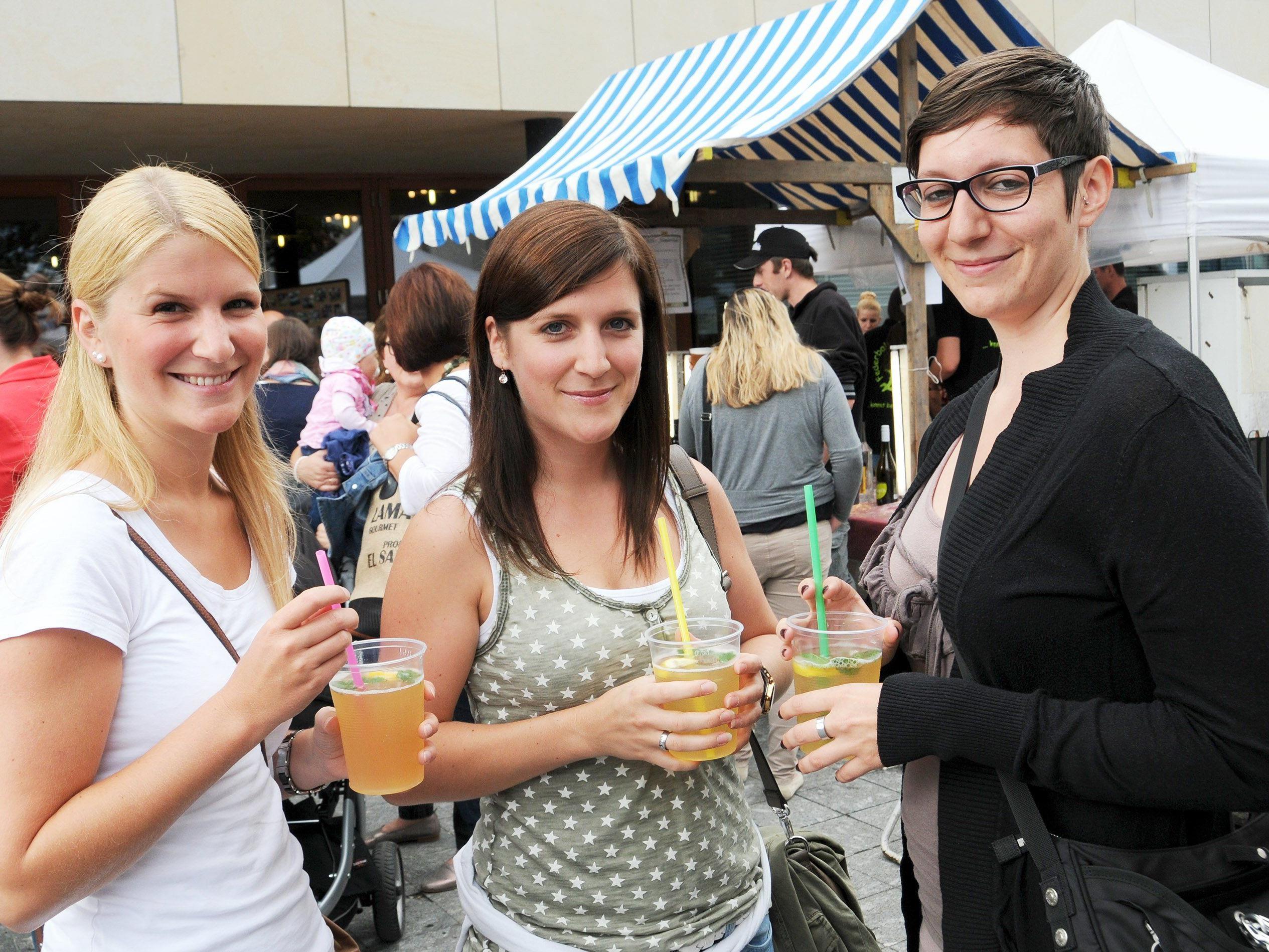 """Diesen drei Marktbesucherinnnen mundete der """"Älplerhugo"""" besonders gut."""