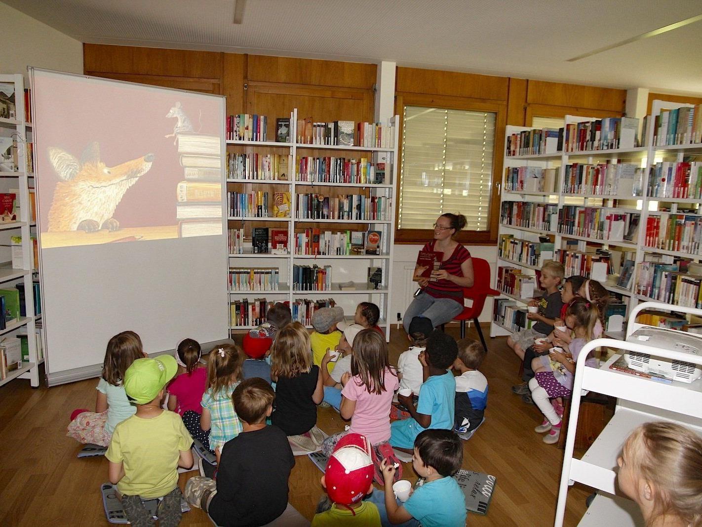 Ein Kinoerlebnis der besonderen Art: das Bilderbuchkino in der Bibliothek des Stand Montafon