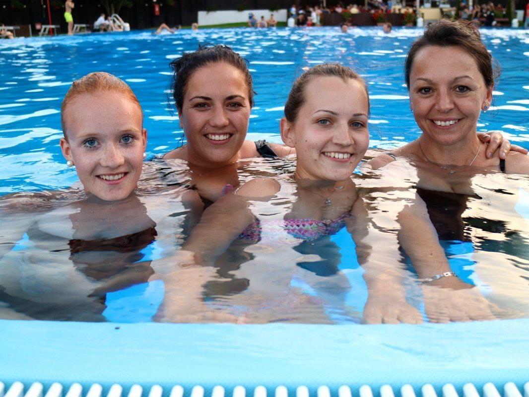 Die jungen Damen Vanessa, Denise, Janine und Nezi genossen ein tolles Badererlebnis in der Vollmondnacht am 2.Juni 2015.