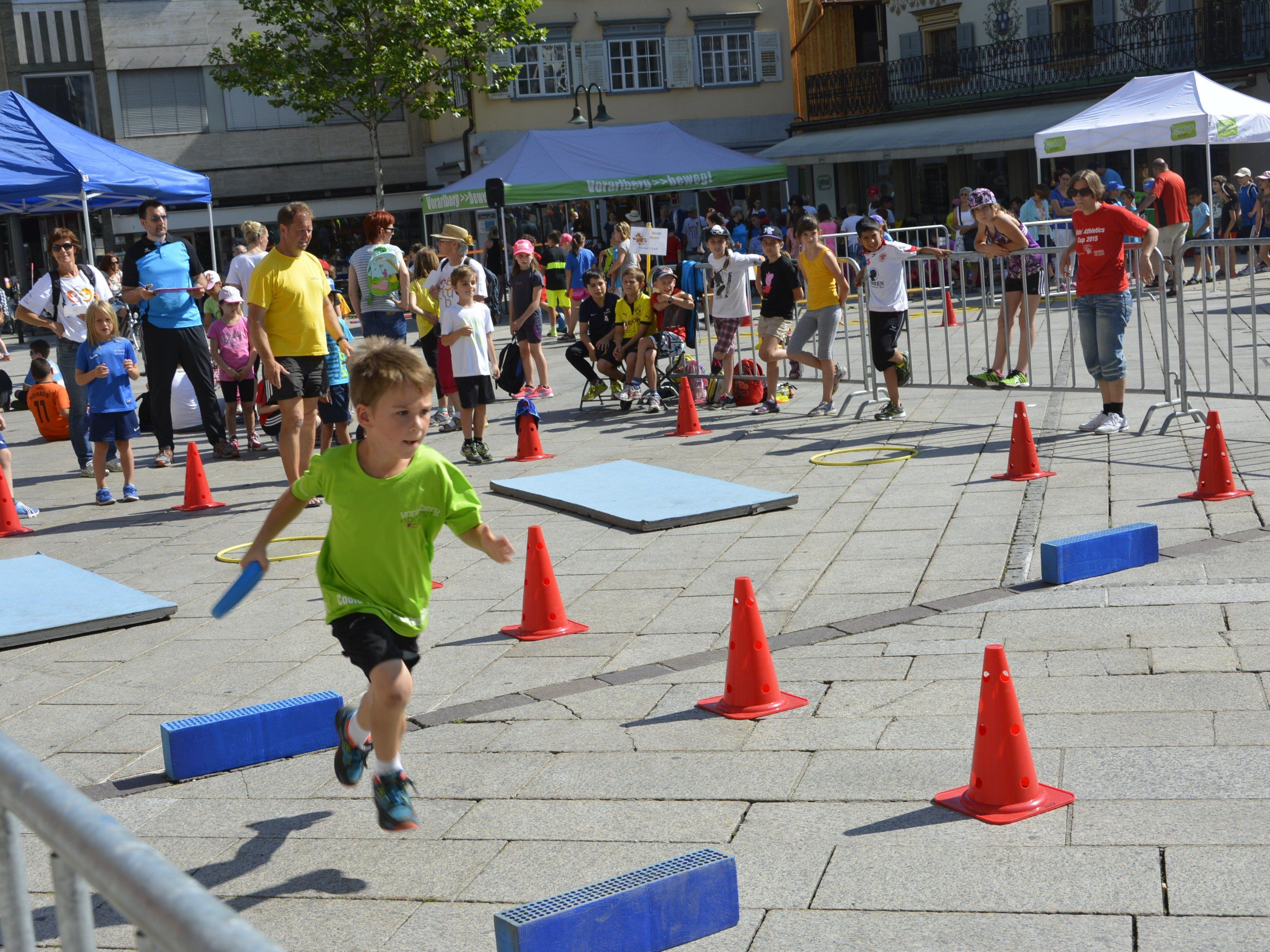 Der Marktplatz bildete am Freitag eine sportliche Bühne für 300 Kids.