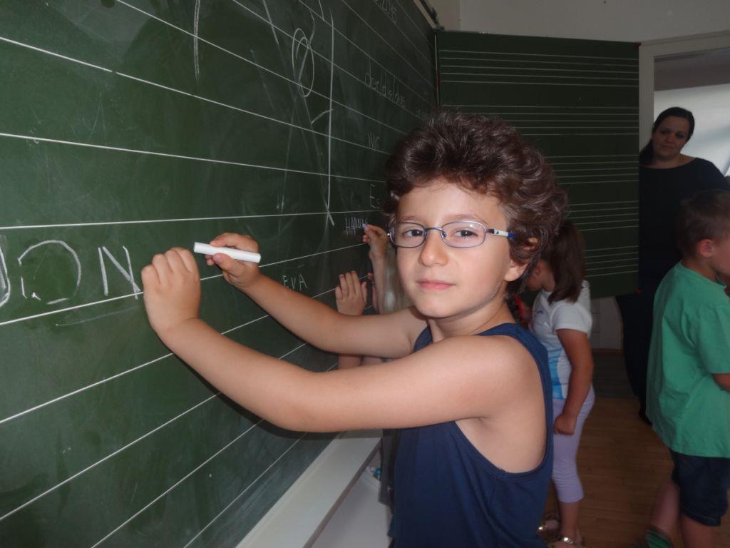Ganz interessiert erforschten die Kindergartenkinder die Volksschule Hofen.
