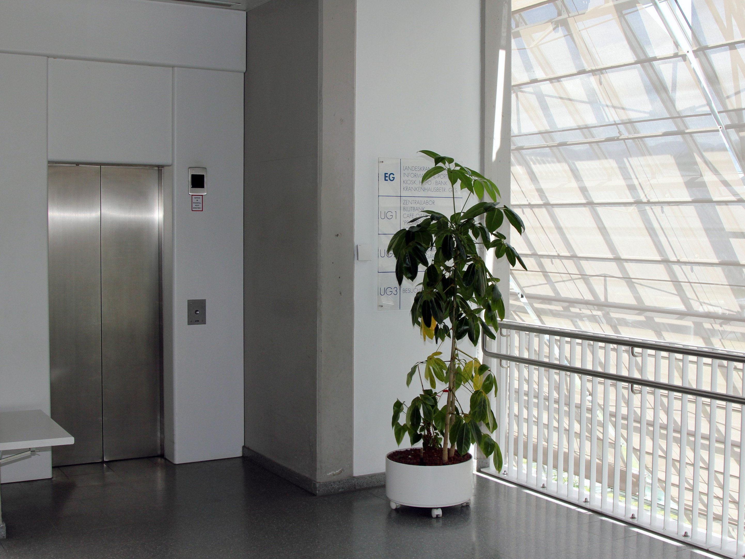 Sanierungsarbeiten am Lift zur Tiefgarage des LKH Feldkirch Barrierefreier Zugang für gehbehinderte Patienten dennoch gesichert.