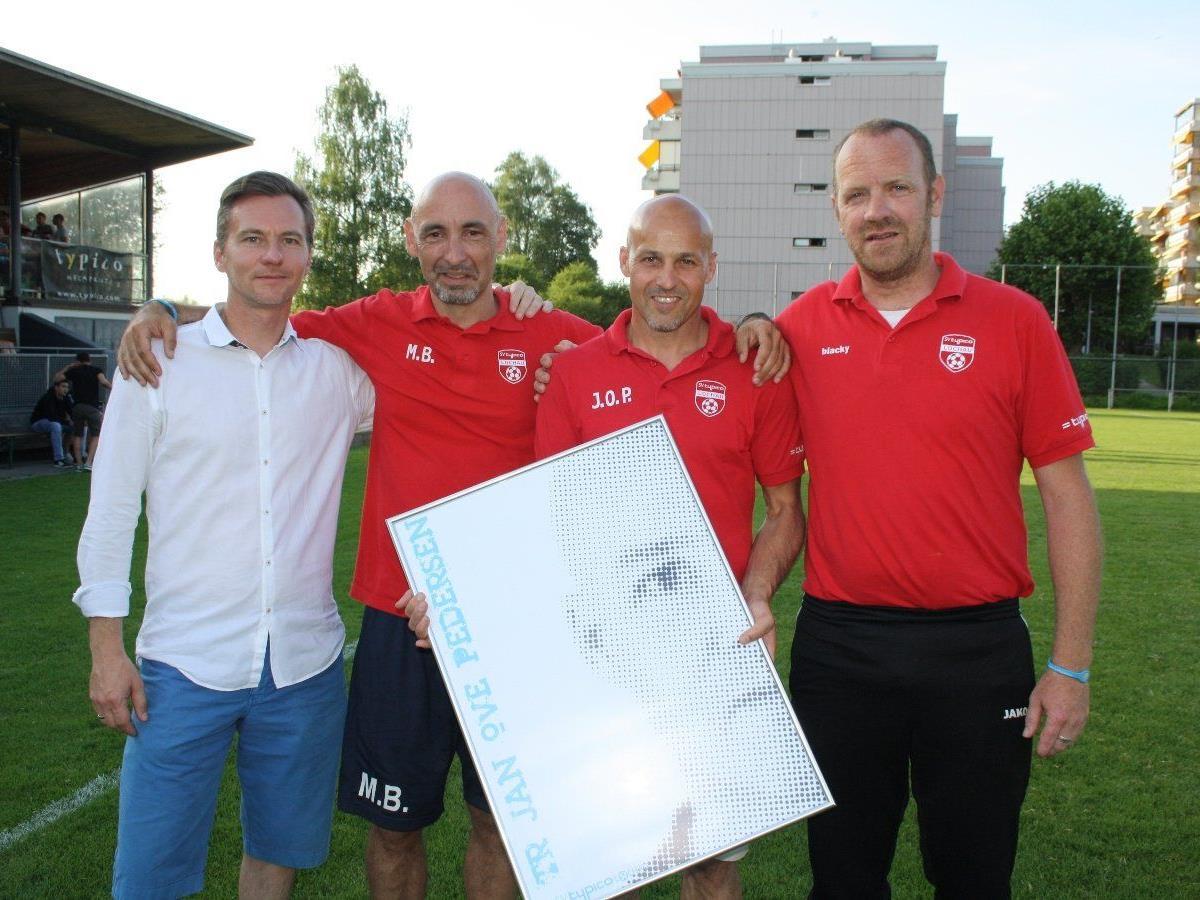 Ein Dankeschön an Trainer Jan Ove Pedersen, im Bild mit Obmann Alexander Schiller, Marco Bologna und Robert Schwarz, der den SV Typico Lochau verlässt.