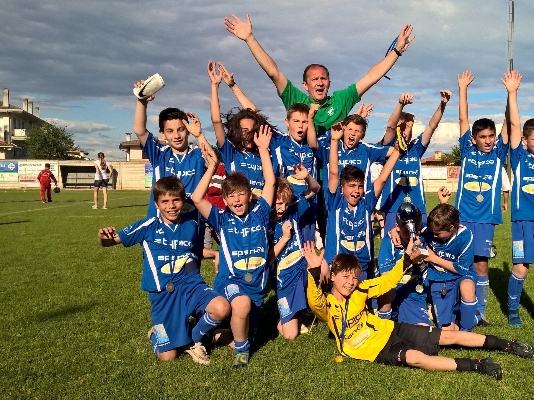 Turniersieg in Italien für das U 12 Nachwuchsteam des SV Typico Lochau mit Trainer Vladan Jeremic.