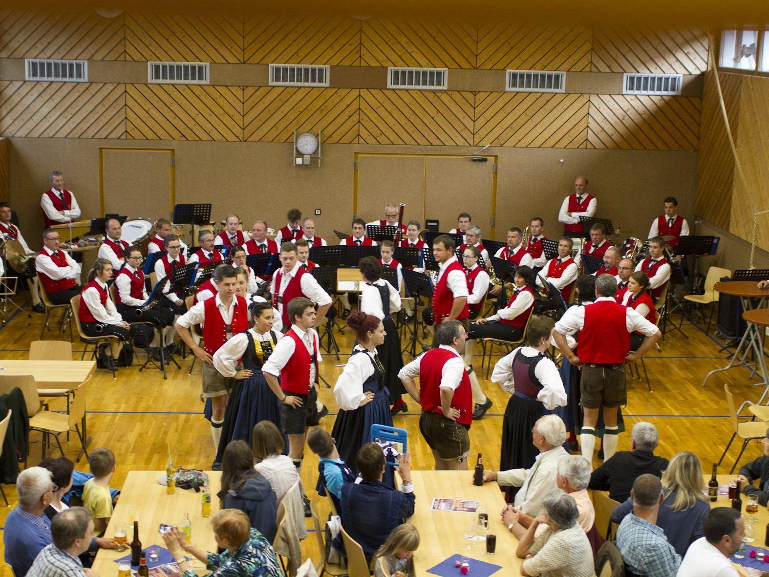 Die Trachtengruppe Silbertal und der Musikverein St. Anton bei ihrem gemeinsamen Abend
