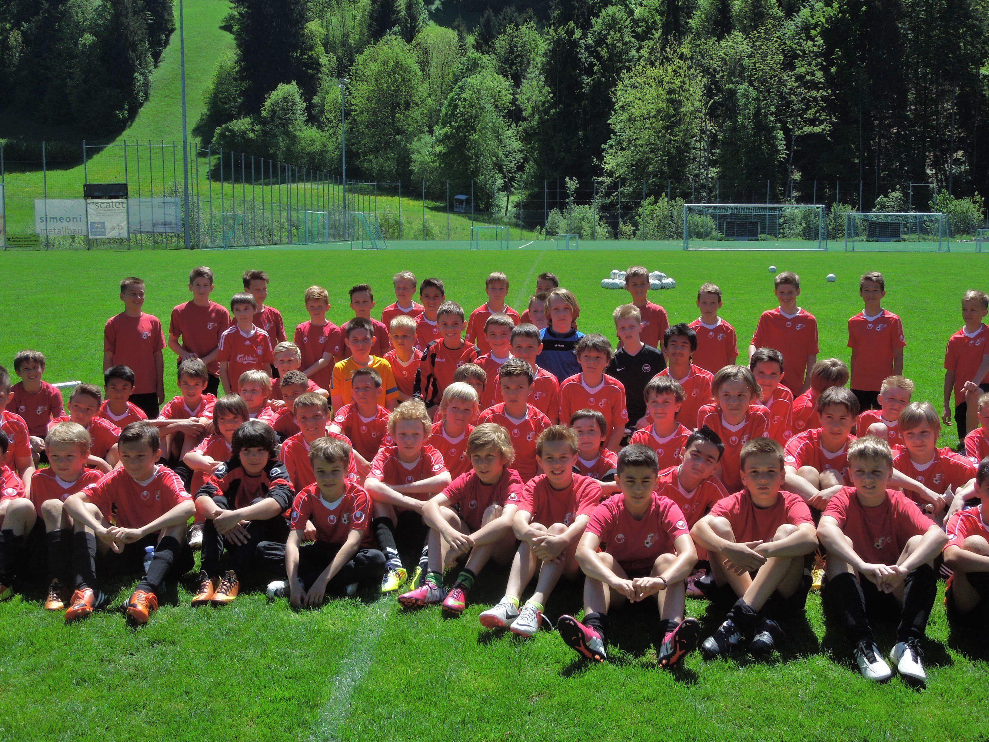 Die AKA Spieler werden bei den Fußball-Spielfesten als Betreuer für die Teams agieren.